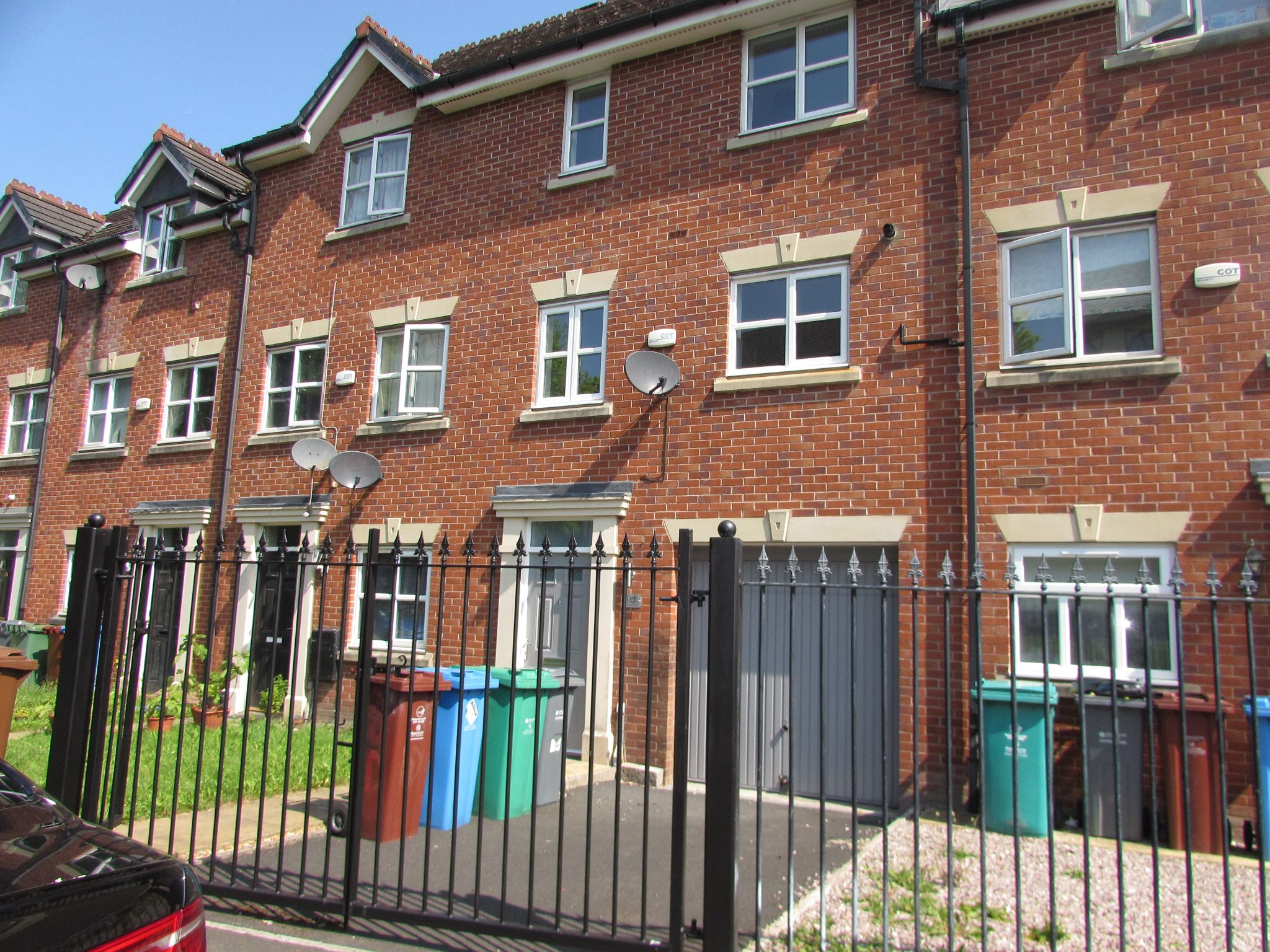 3 Bedroom Town House To Rent - Photograph 1