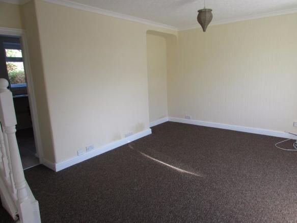 3 Bedroom Mid Terraced House To Rent - Photograph 2