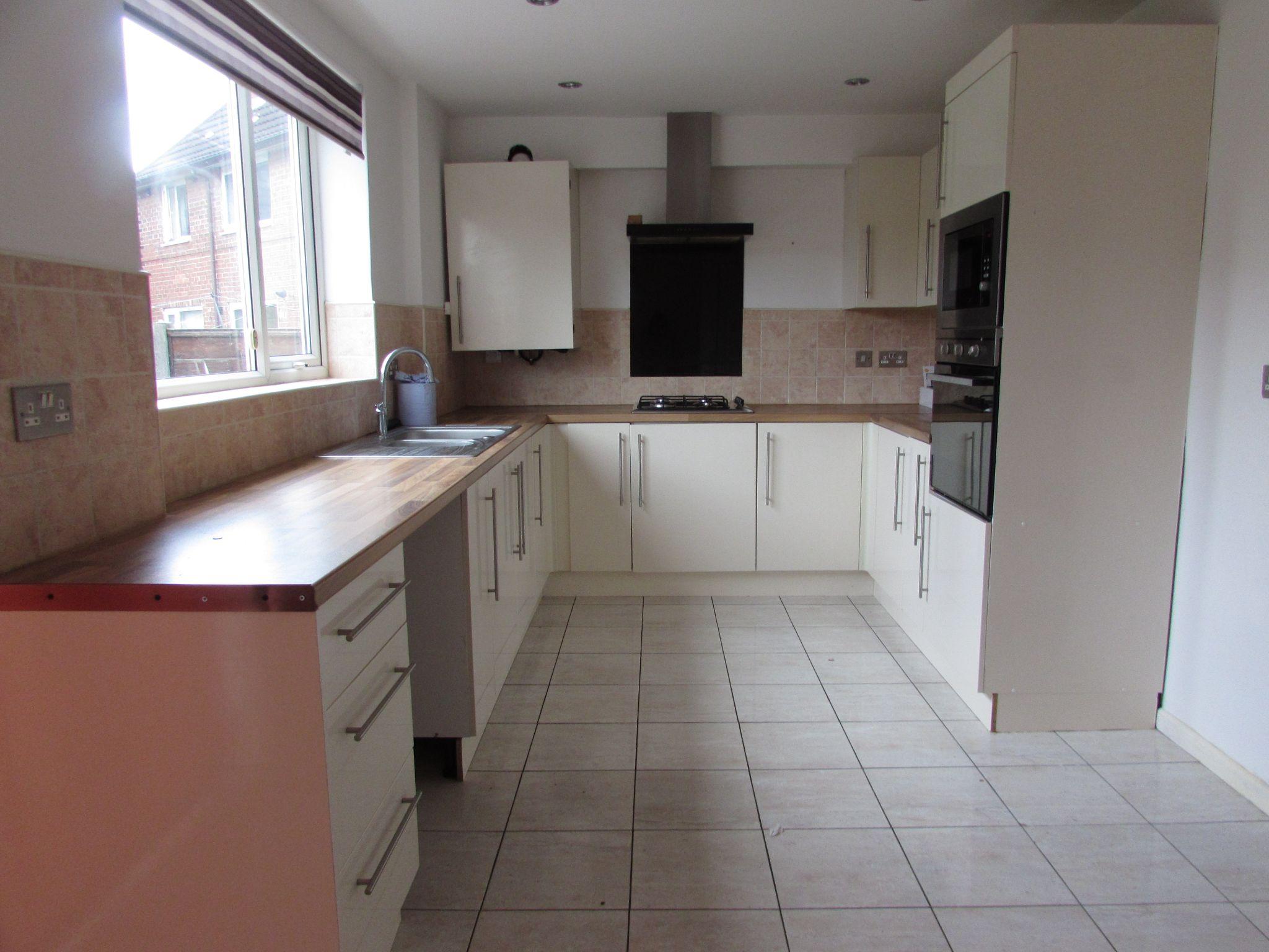 3 Bedroom Semi-detached House To Rent - Kitchen