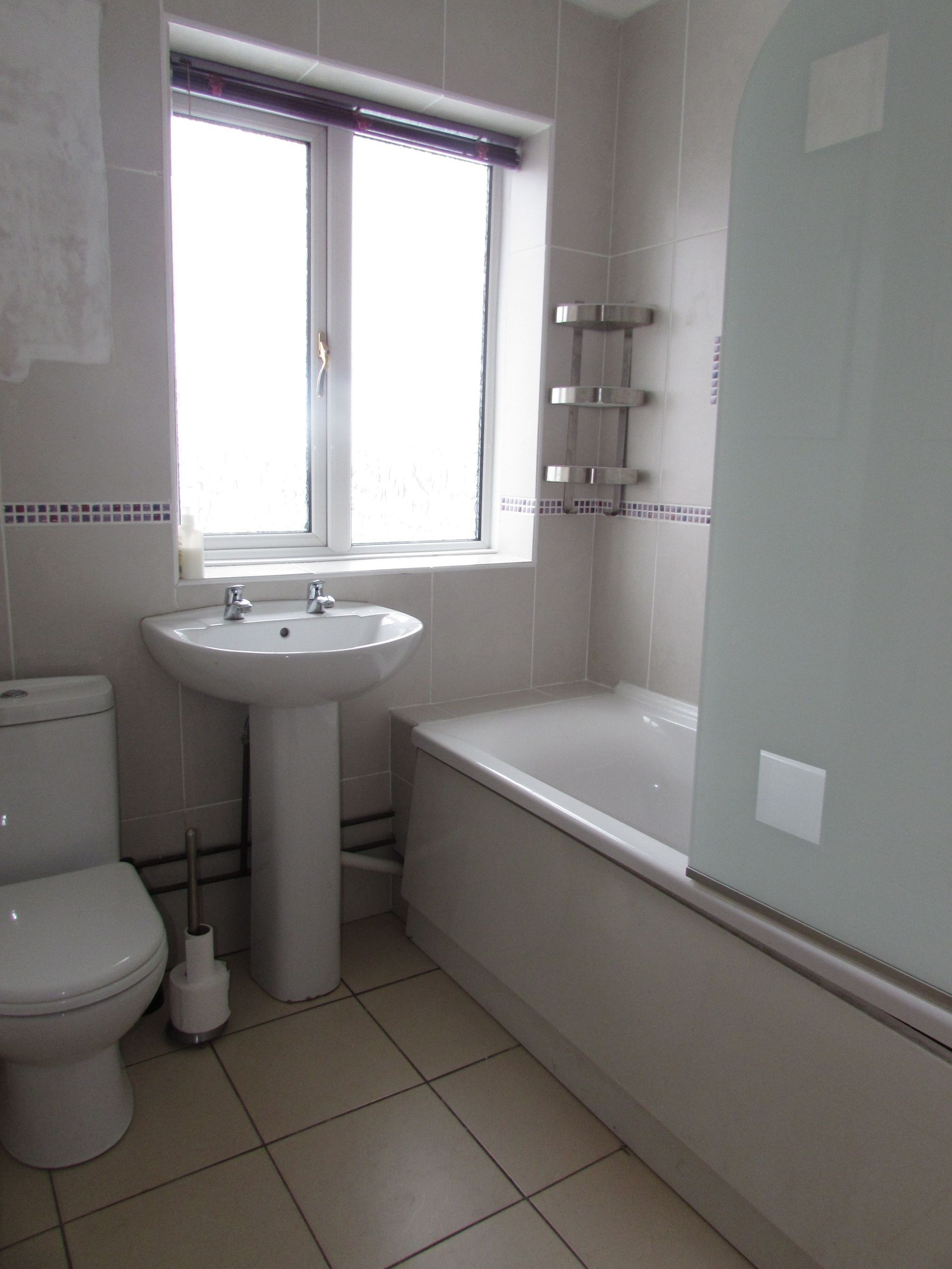4 Bedroom End Terraced House To Rent - Bathroom
