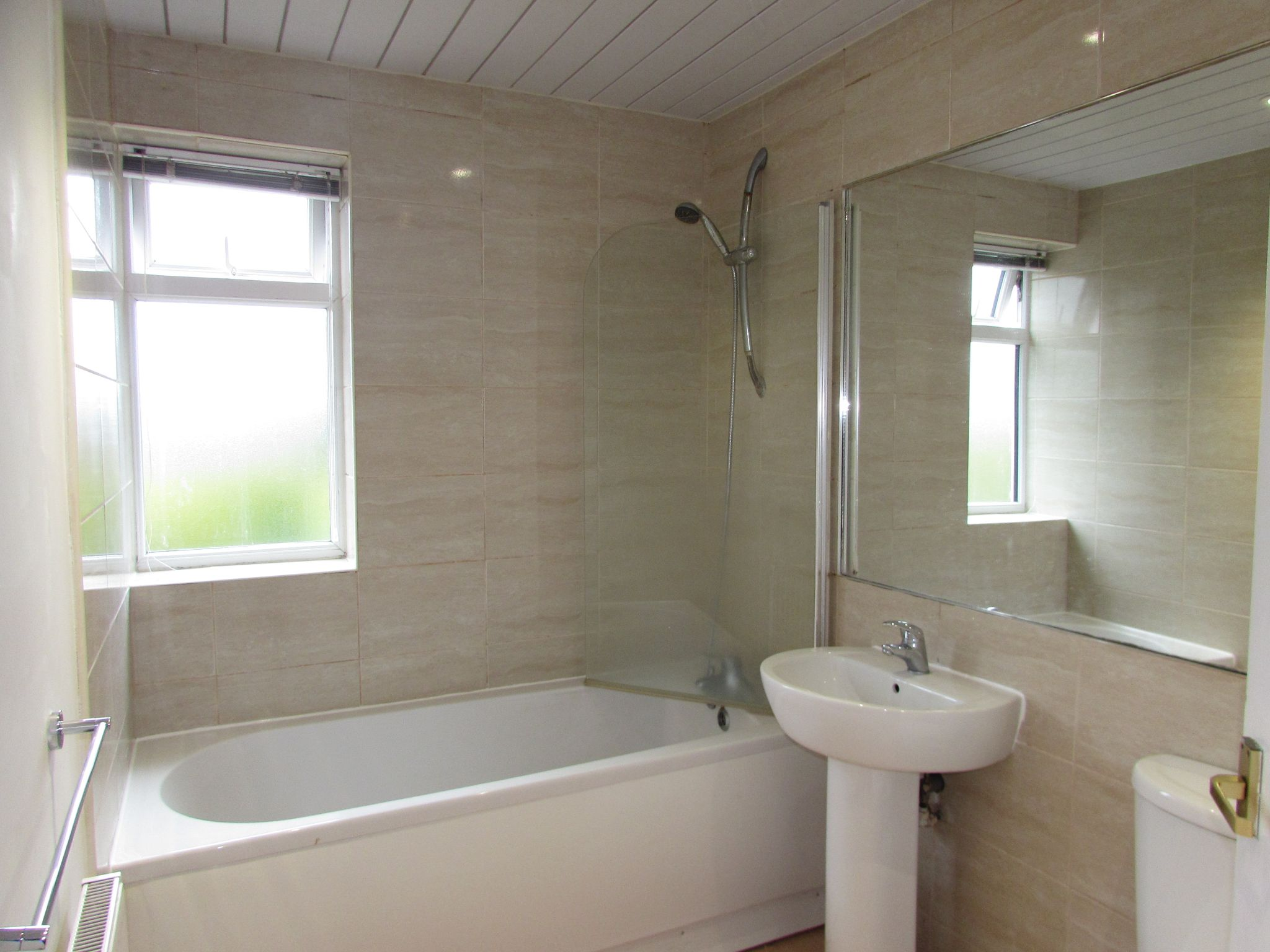 4 Bedroom Detached House To Rent - Family Bathroom