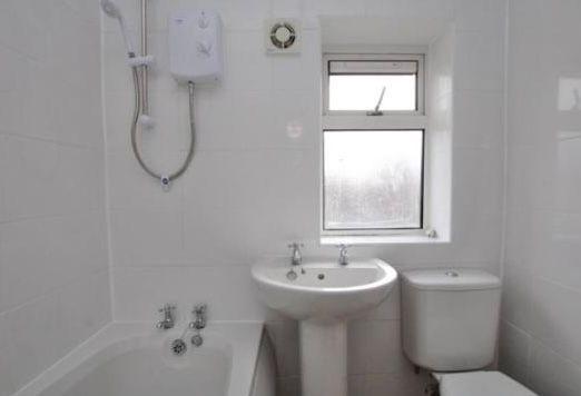 2 Bedroom Mid Terraced House To Rent - BATHROOM