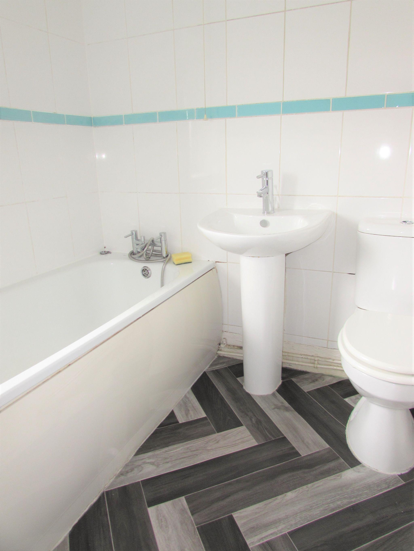 3 Bedroom Semi-detached House To Rent - Bathroom