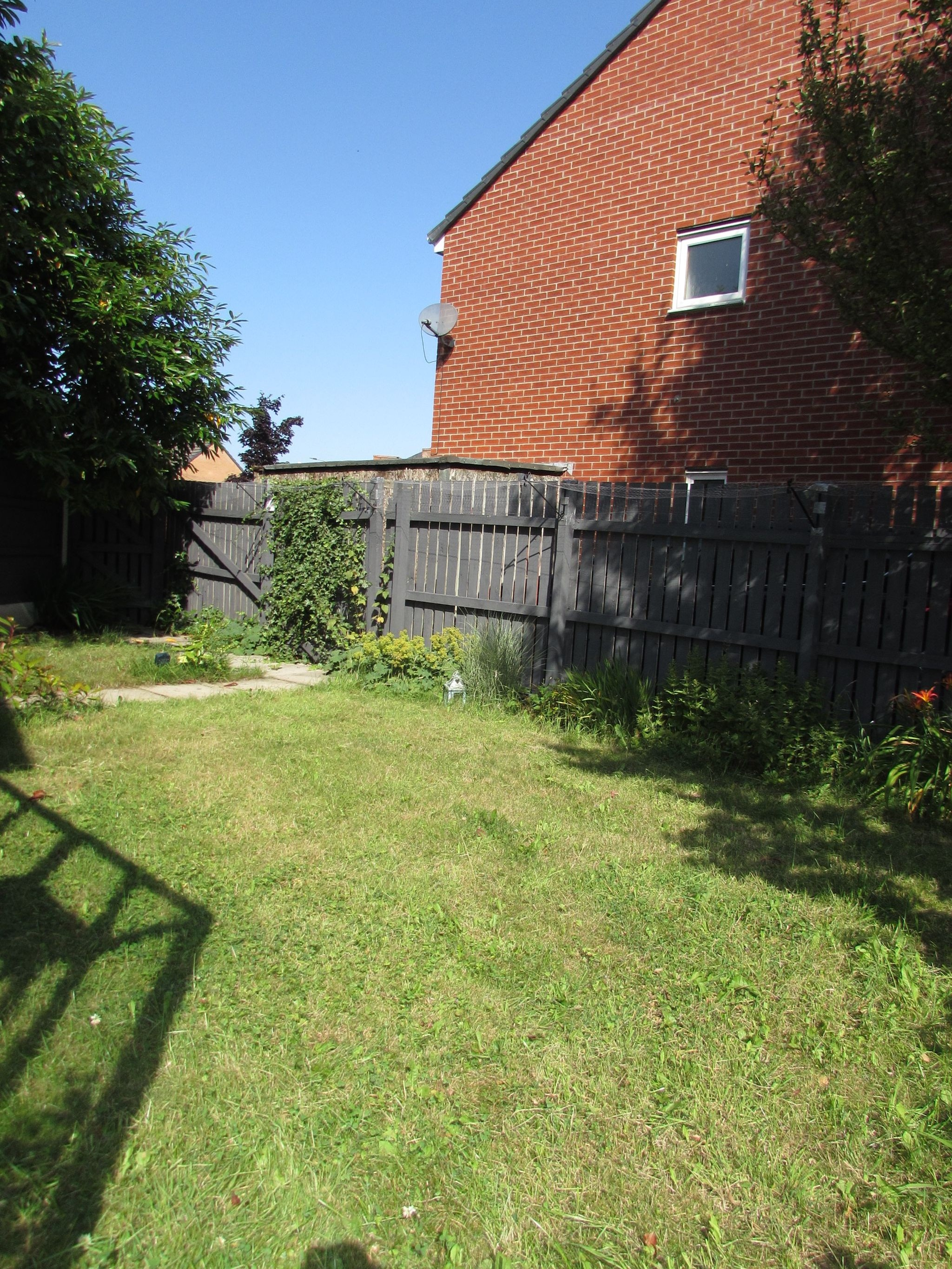 3 Bedroom Detached House To Rent - Photograph 9