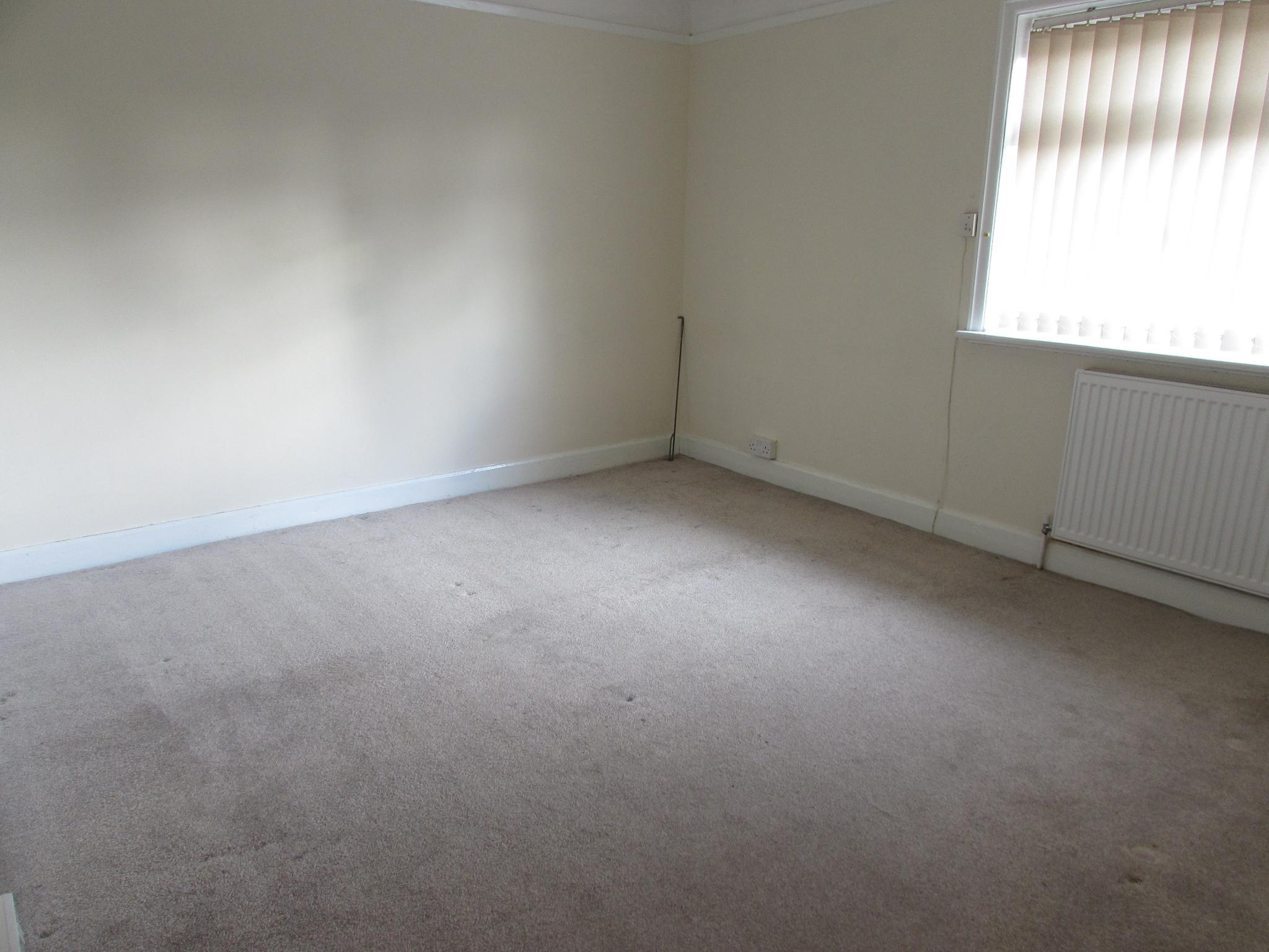 3 Bedroom Mid Terraced House To Rent - Photograph 6