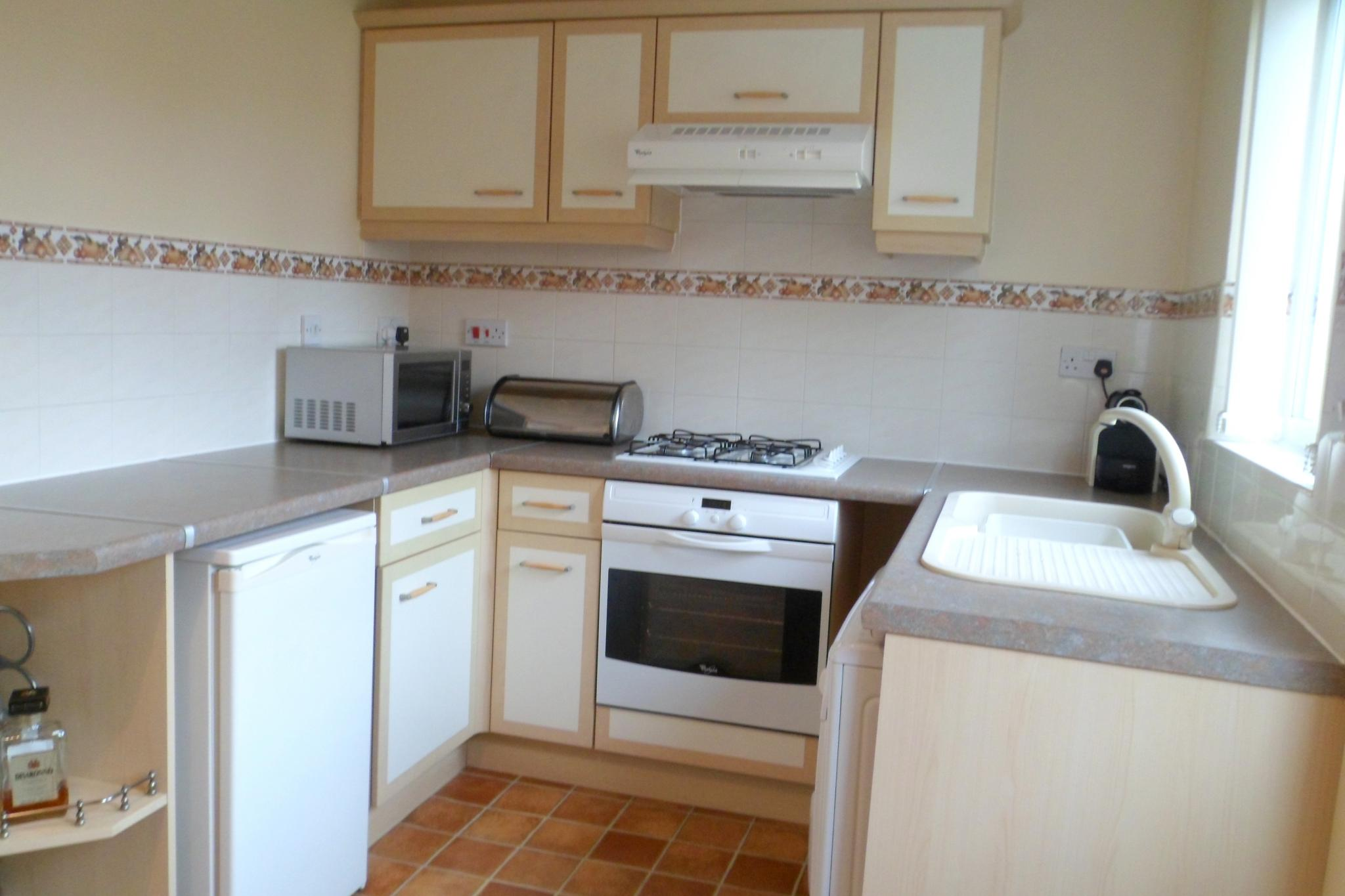 2 Bedroom Semi-detached House To Rent - Photograph 6