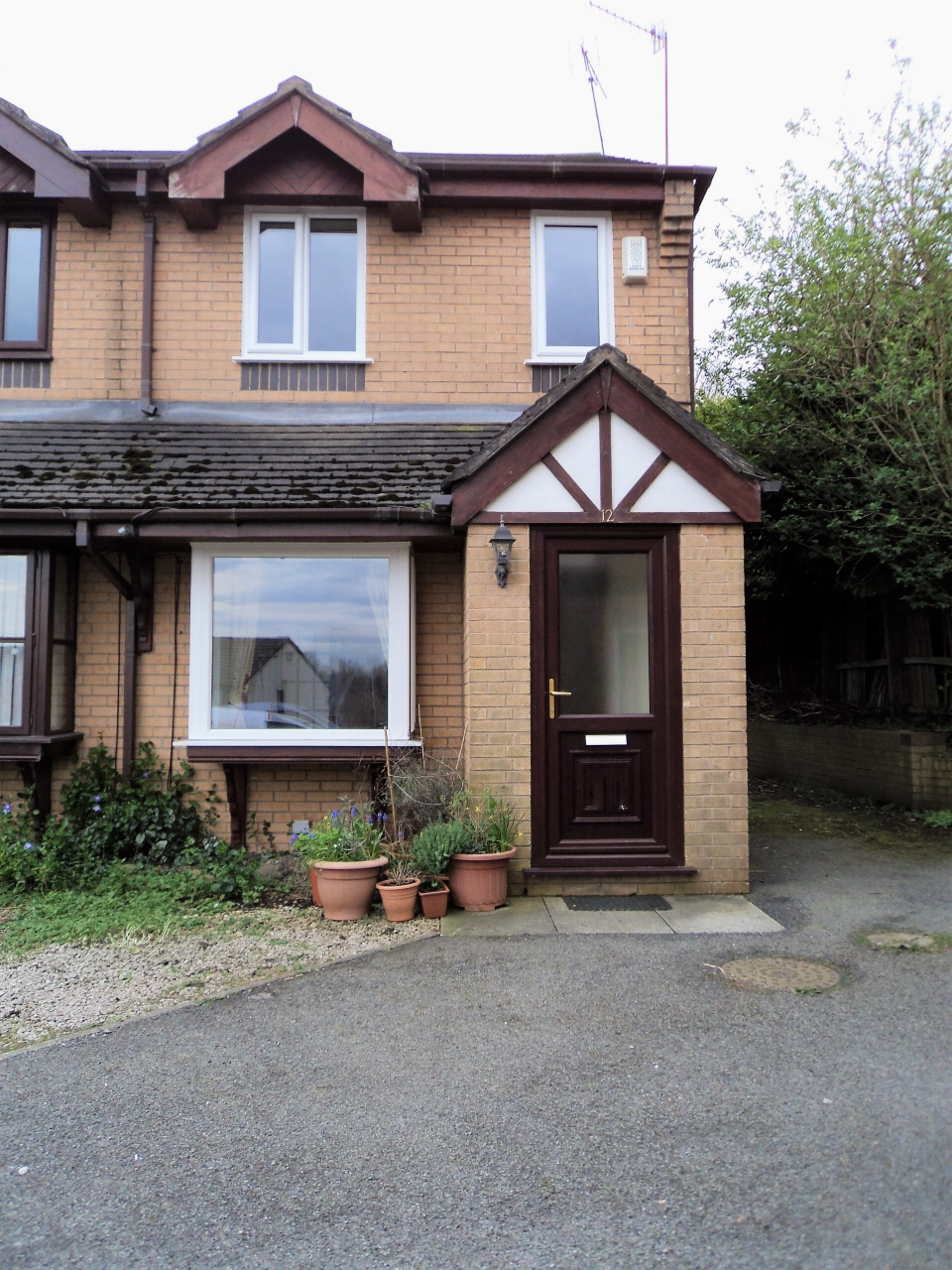 2 Bedroom Semi-detached House To Rent - Photograph 2