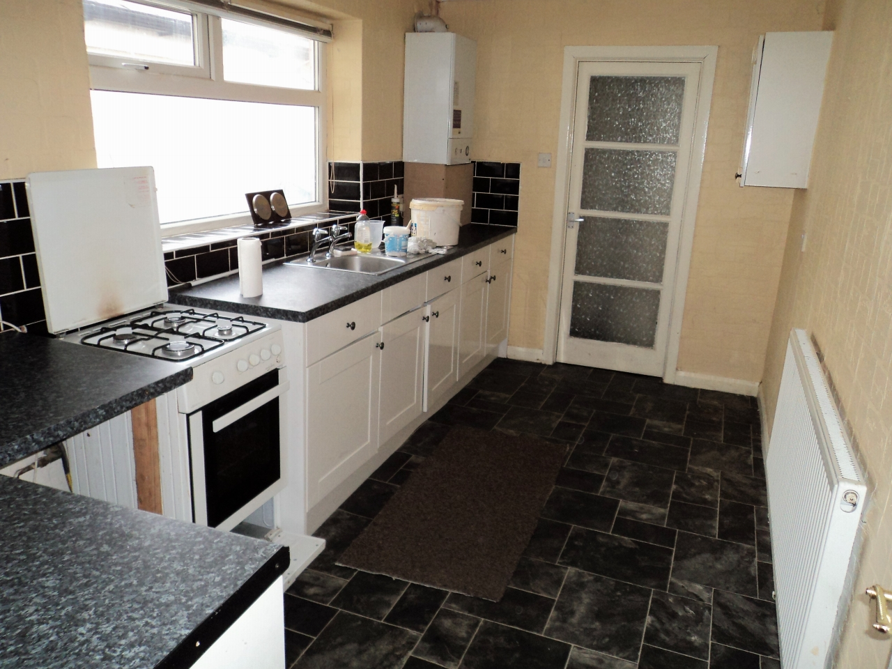 3 Bedroom Mid Terraced House To Rent - Photograph 4
