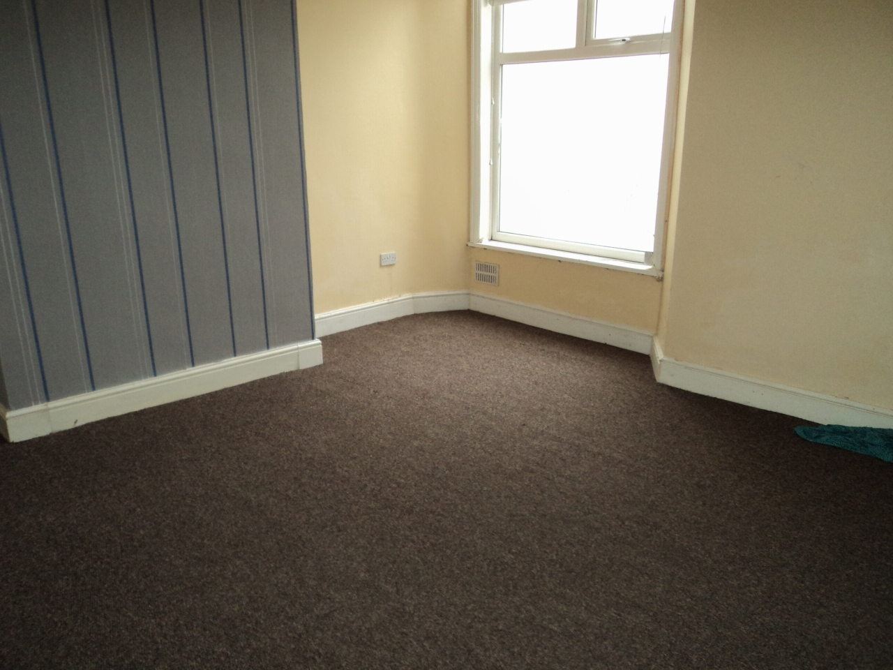 3 Bedroom Mid Terraced House To Rent - Photograph 3