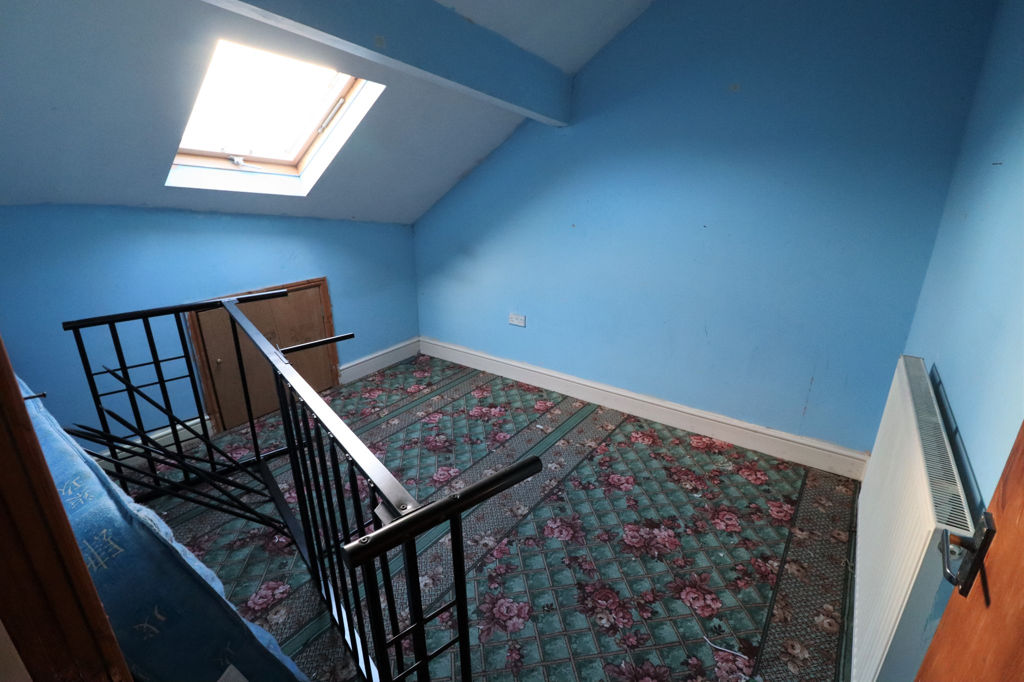 4 Bedroom Mid Terraced House For Sale - Photograph 8