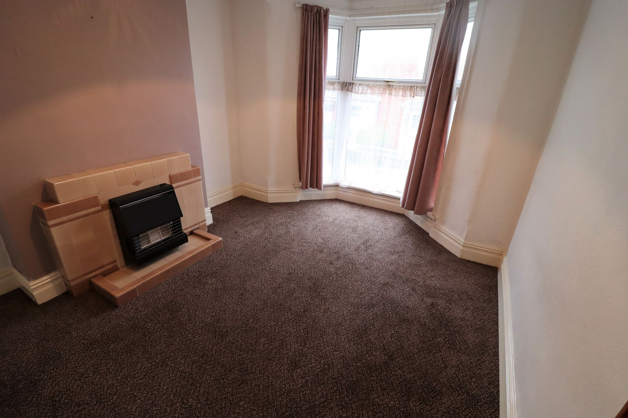 3 Bedroom End Terraced House To Rent - Photograph 2