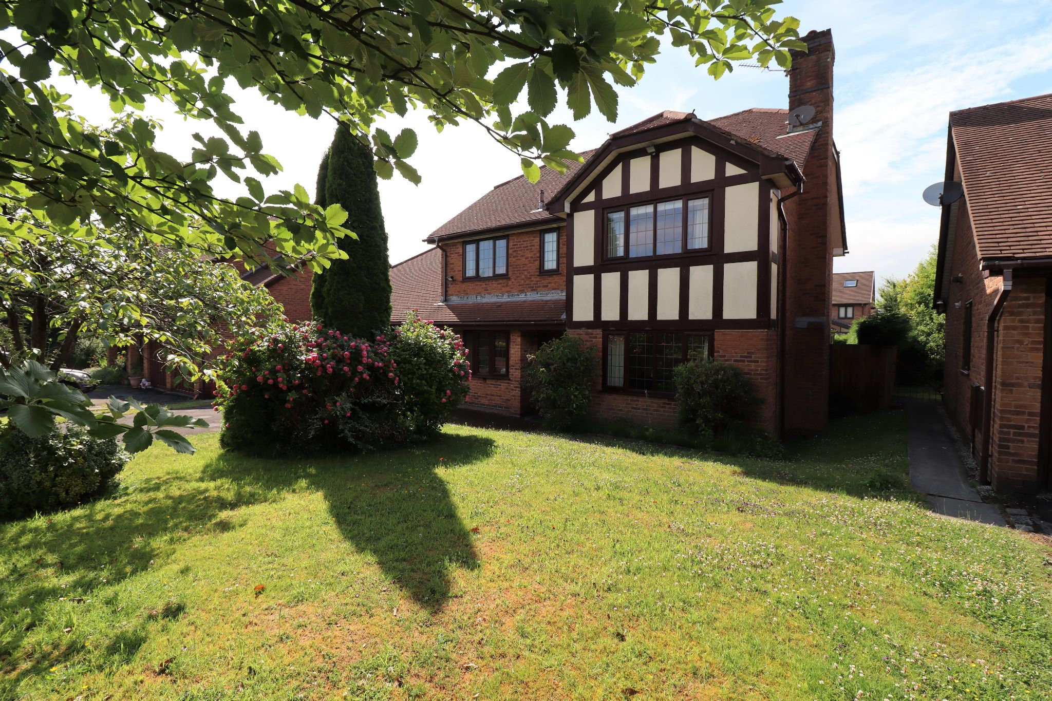 5 Bedroom Detached House To Rent - Photograph 1