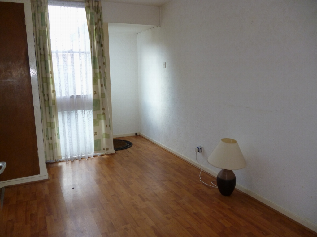 3 bedroom mid terraced house SSTC in Leicester - Photograph 3.