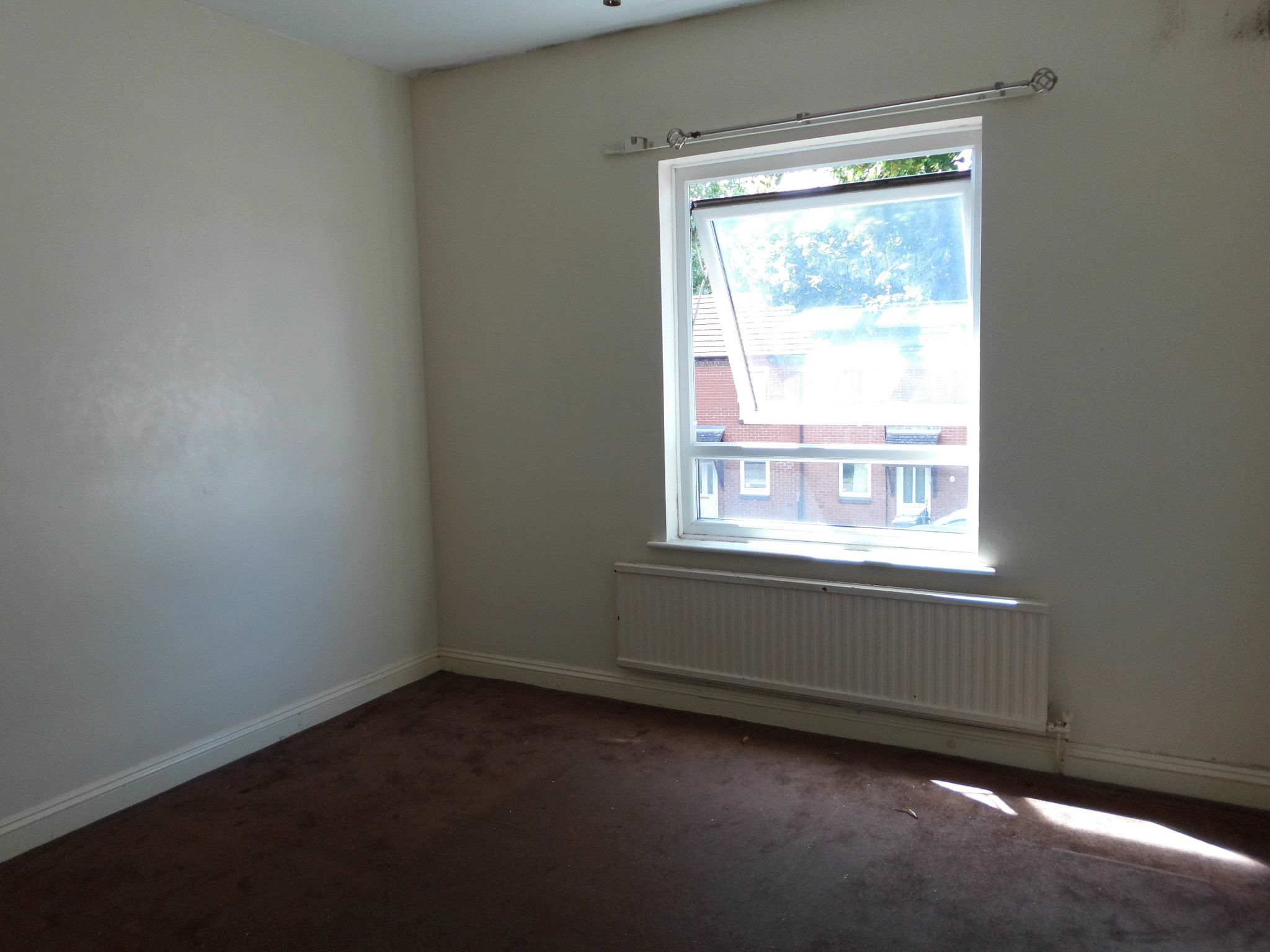 3 bedroom town house SSTC in Leicester - Photograph 4.