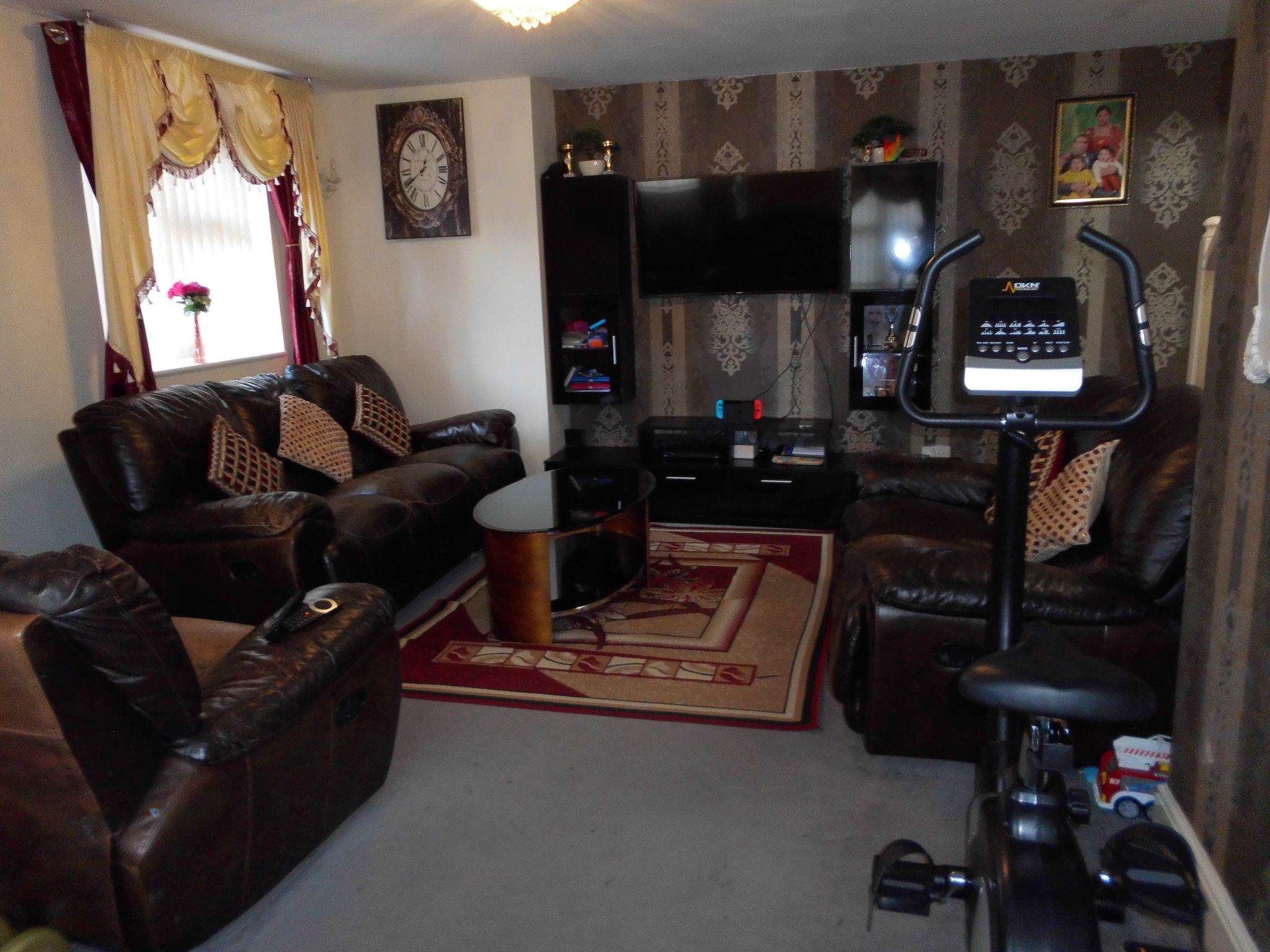 3 bedroom semi-detached house For Sale in Leicester - Property photograph.