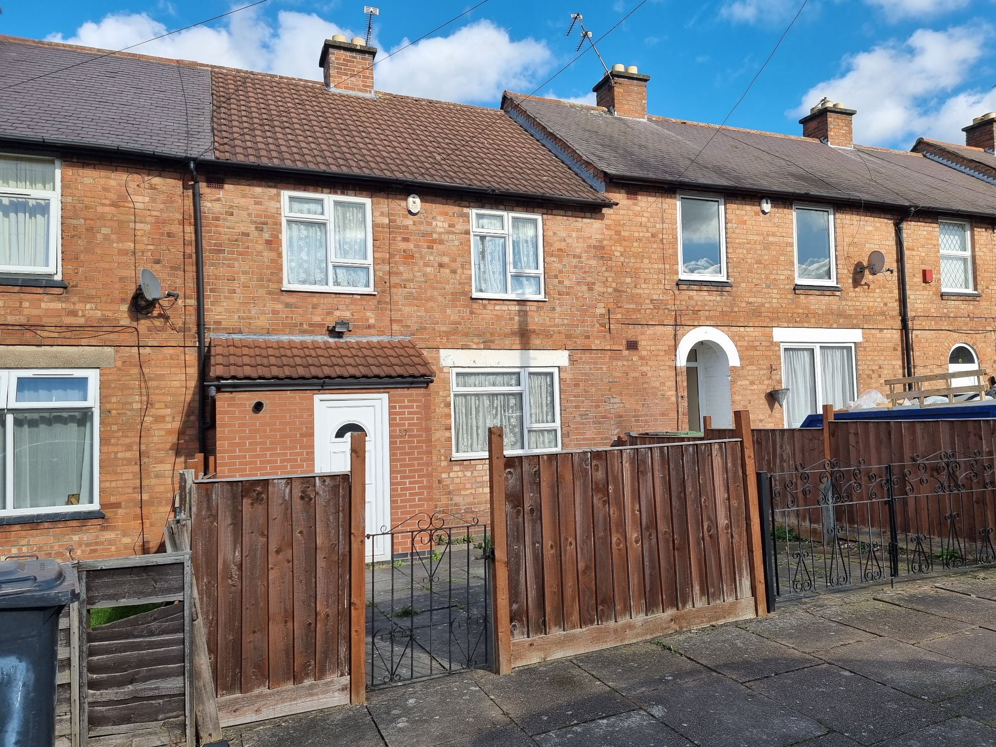 3 bedroom town house To Let in Leicester - Photograph 1.