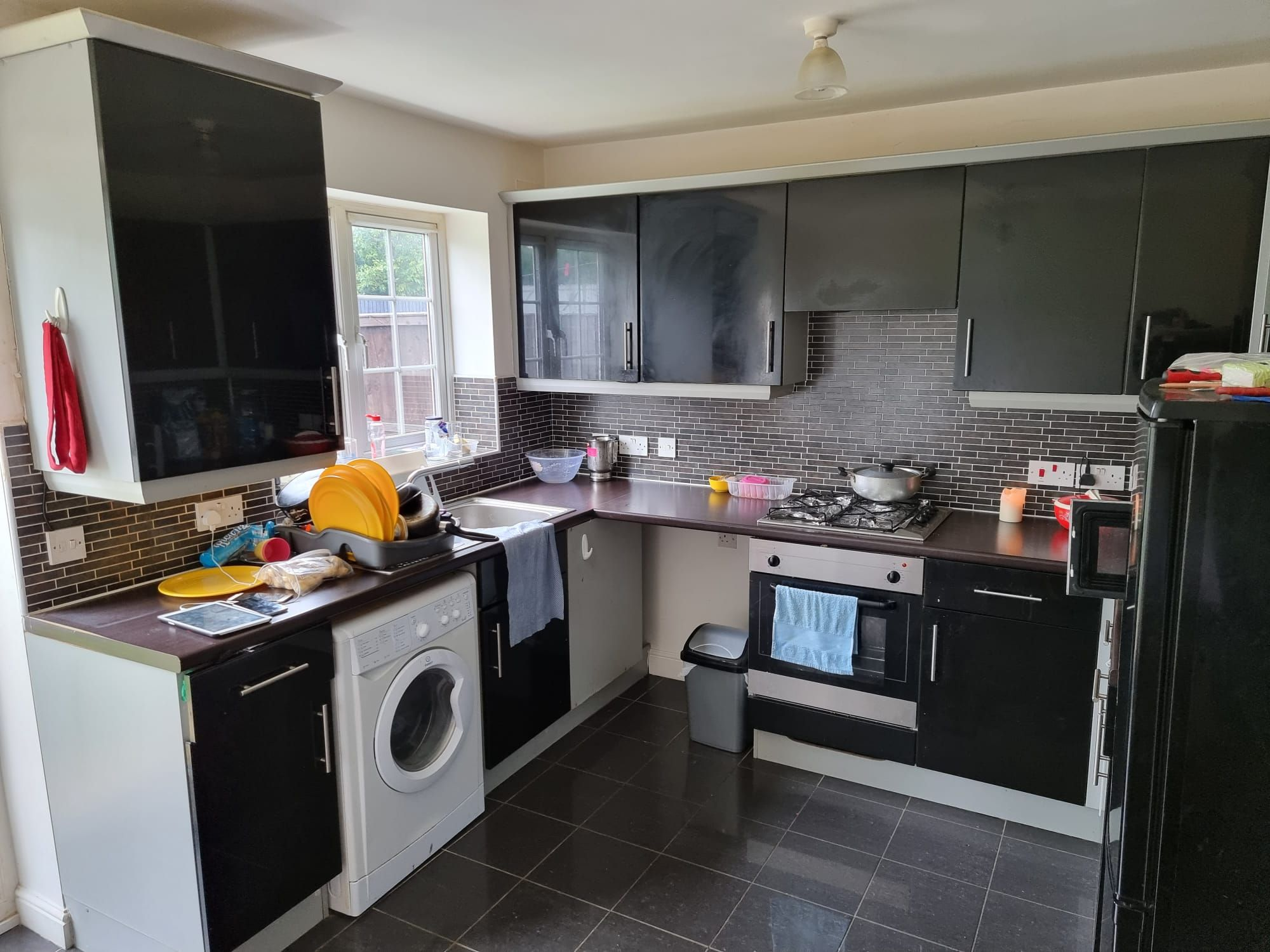 3 bedroom semi-detached house For Sale in Leicester - Photograph 3.