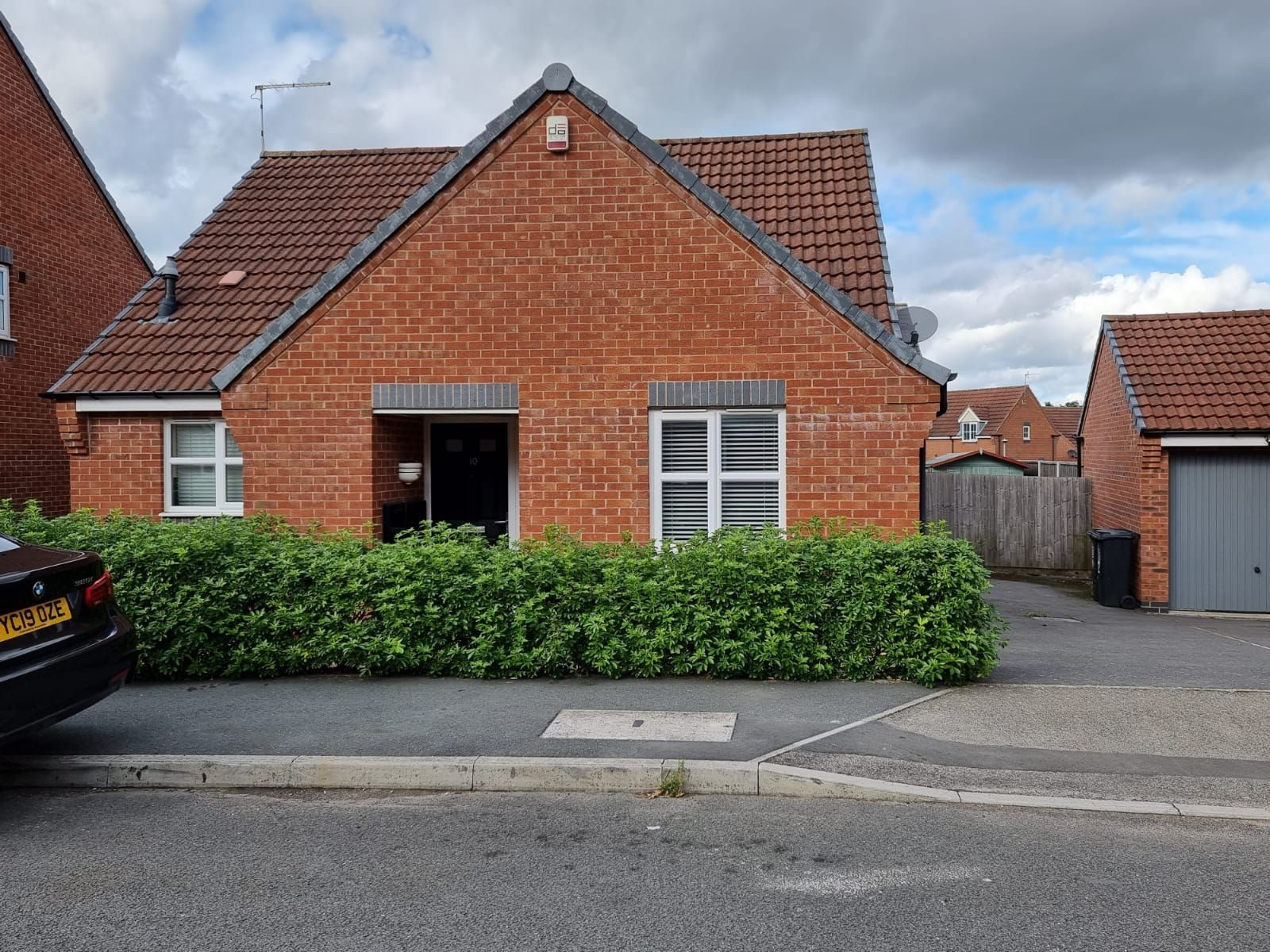 2 bedroom detached bungalow To Let in Leicester - Photograph 1.