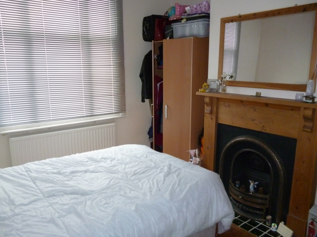 5 bedroom mid terraced house SSTC in Leicester - Photograph 2.