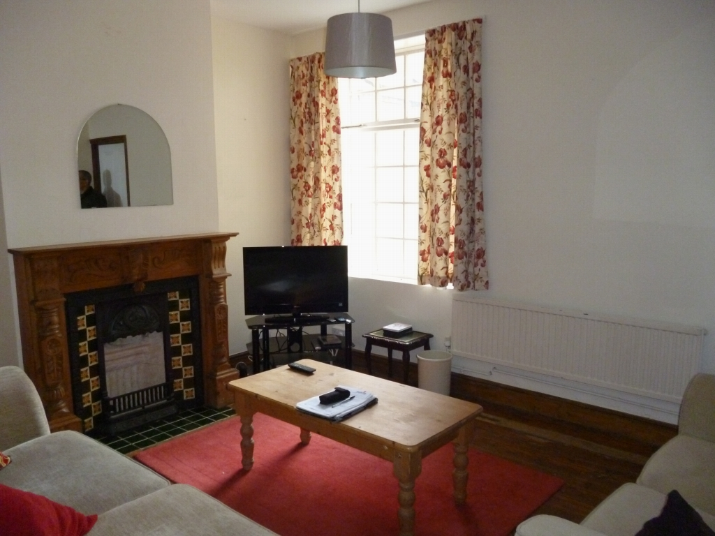 5 bedroom mid terraced house SSTC in Leicester - Photograph 3.