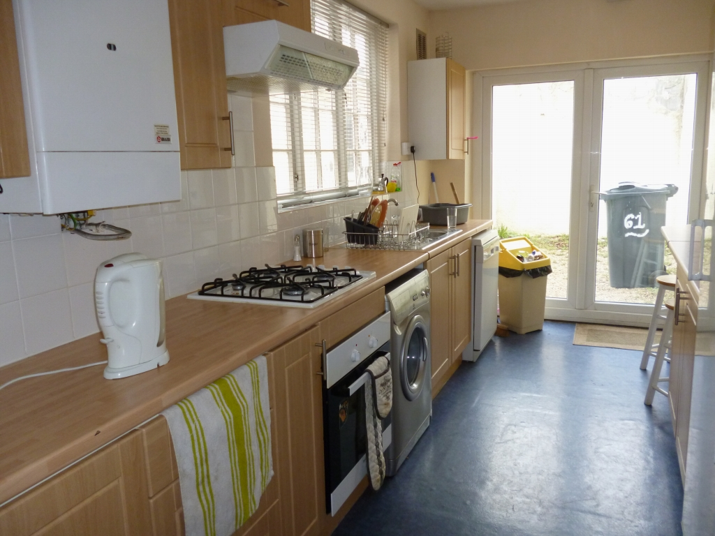 5 bedroom mid terraced house SSTC in Leicester - Photograph 4.