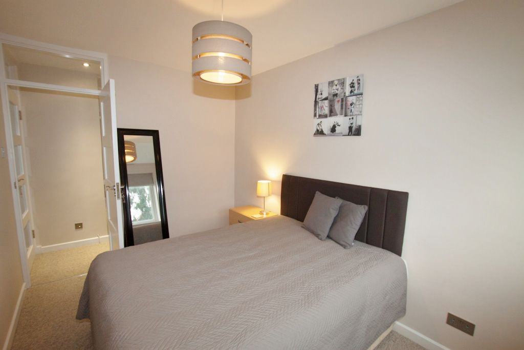 2 bedroom apartment flat/apartment Let in New Malden - Photograph 8