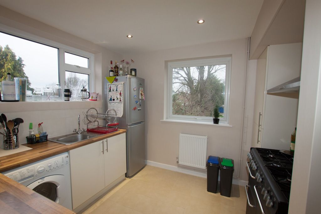 2 bedroom apartment flat/apartment Let in New Malden - Photograph 4