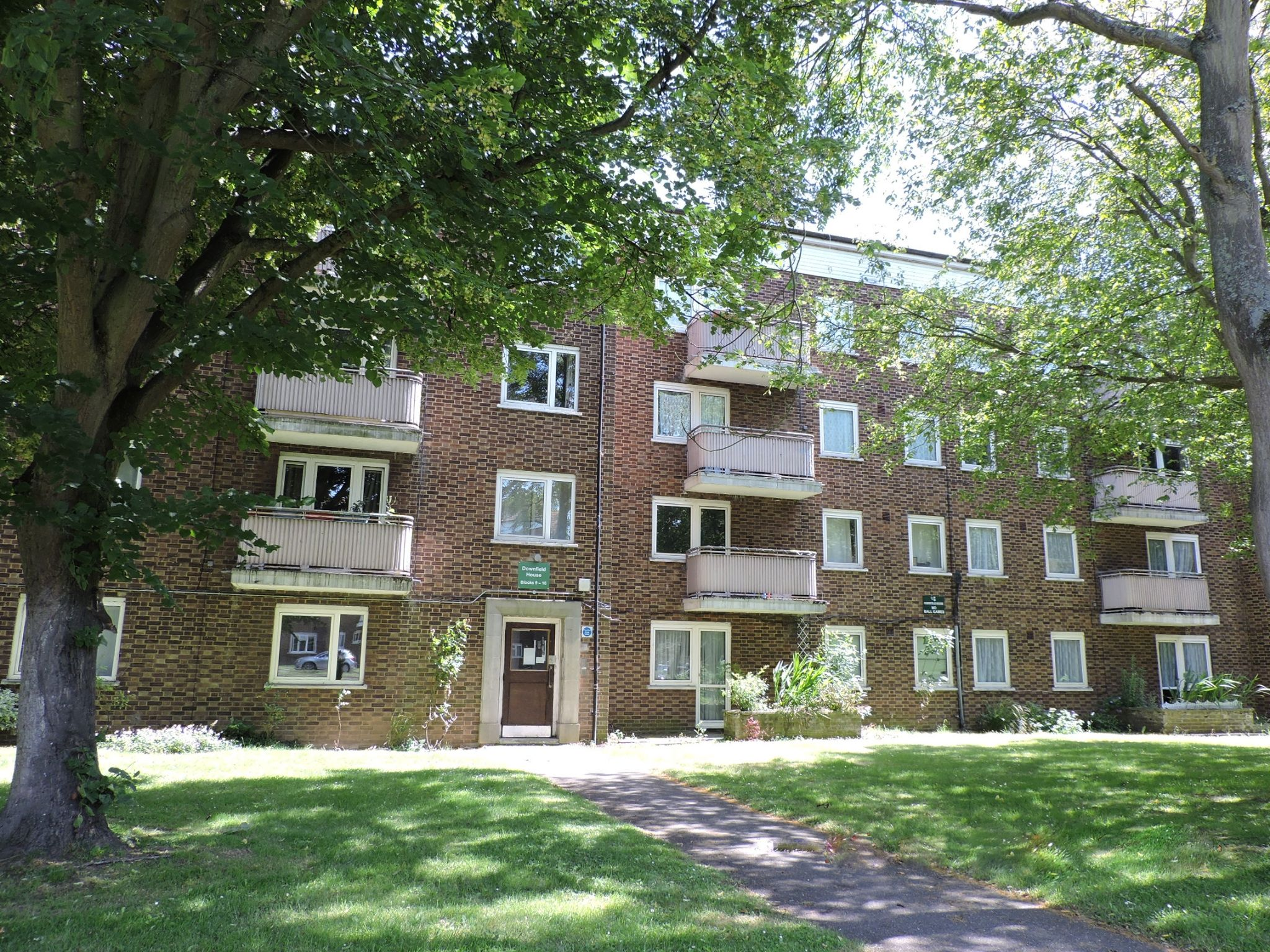 3 bedroom apartment flat/apartment For Sale in New Malden - Property photograph