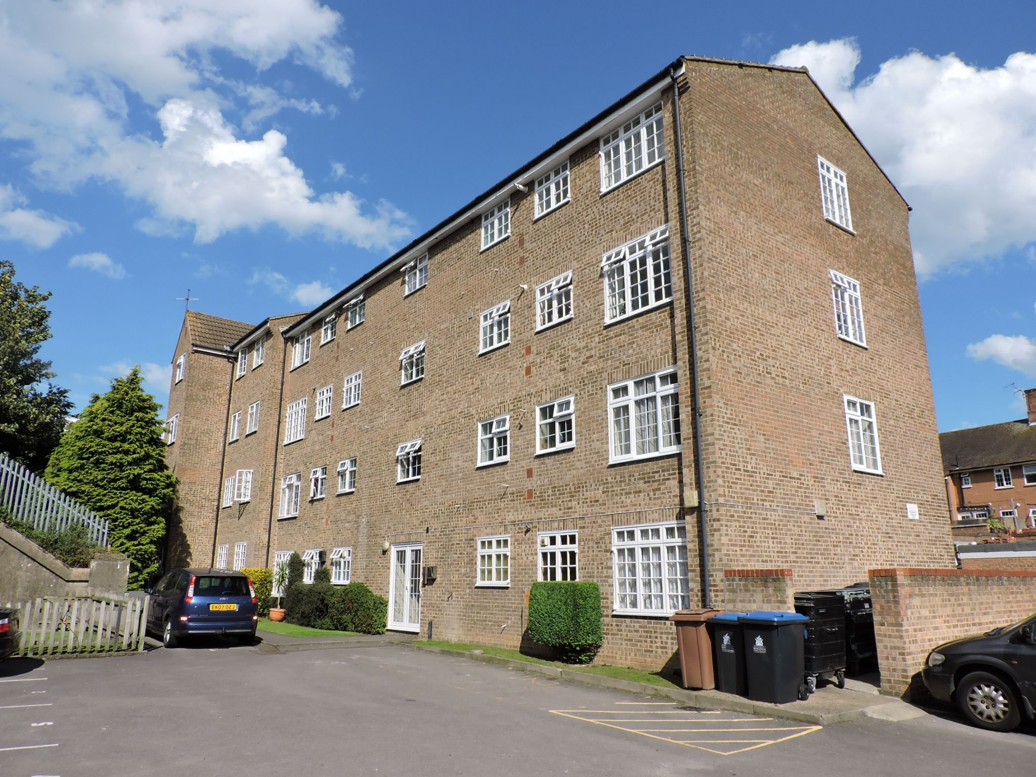 1 bedroom apartment flat/apartment Let in Chessington - Photograph 9