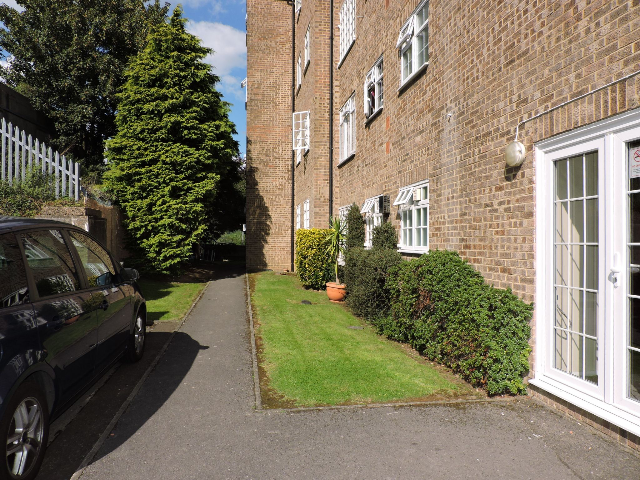 1 bedroom apartment flat/apartment Let in Chessington - Photograph 10
