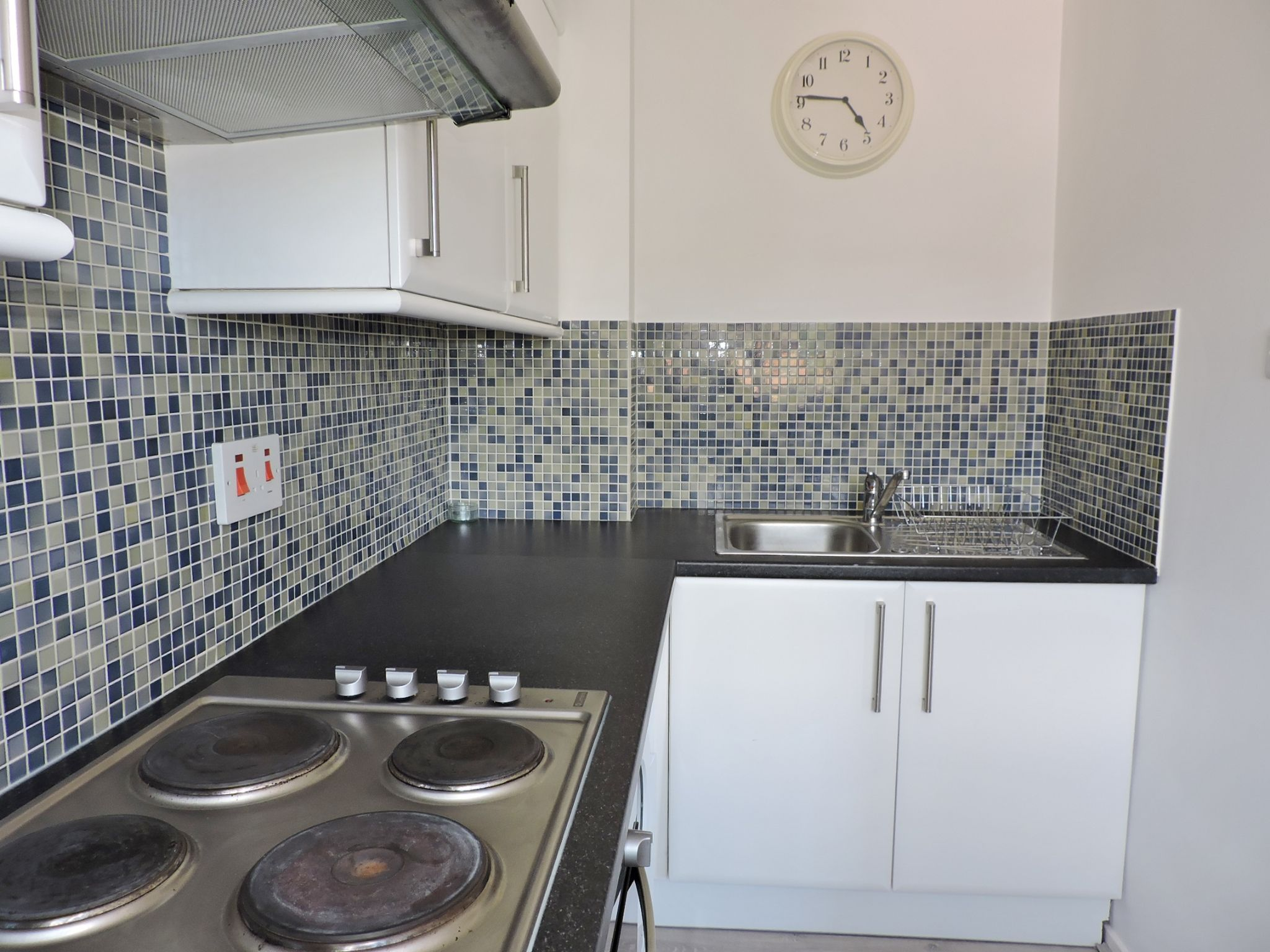 1 bedroom apartment flat/apartment Let in Chessington - Photograph 5