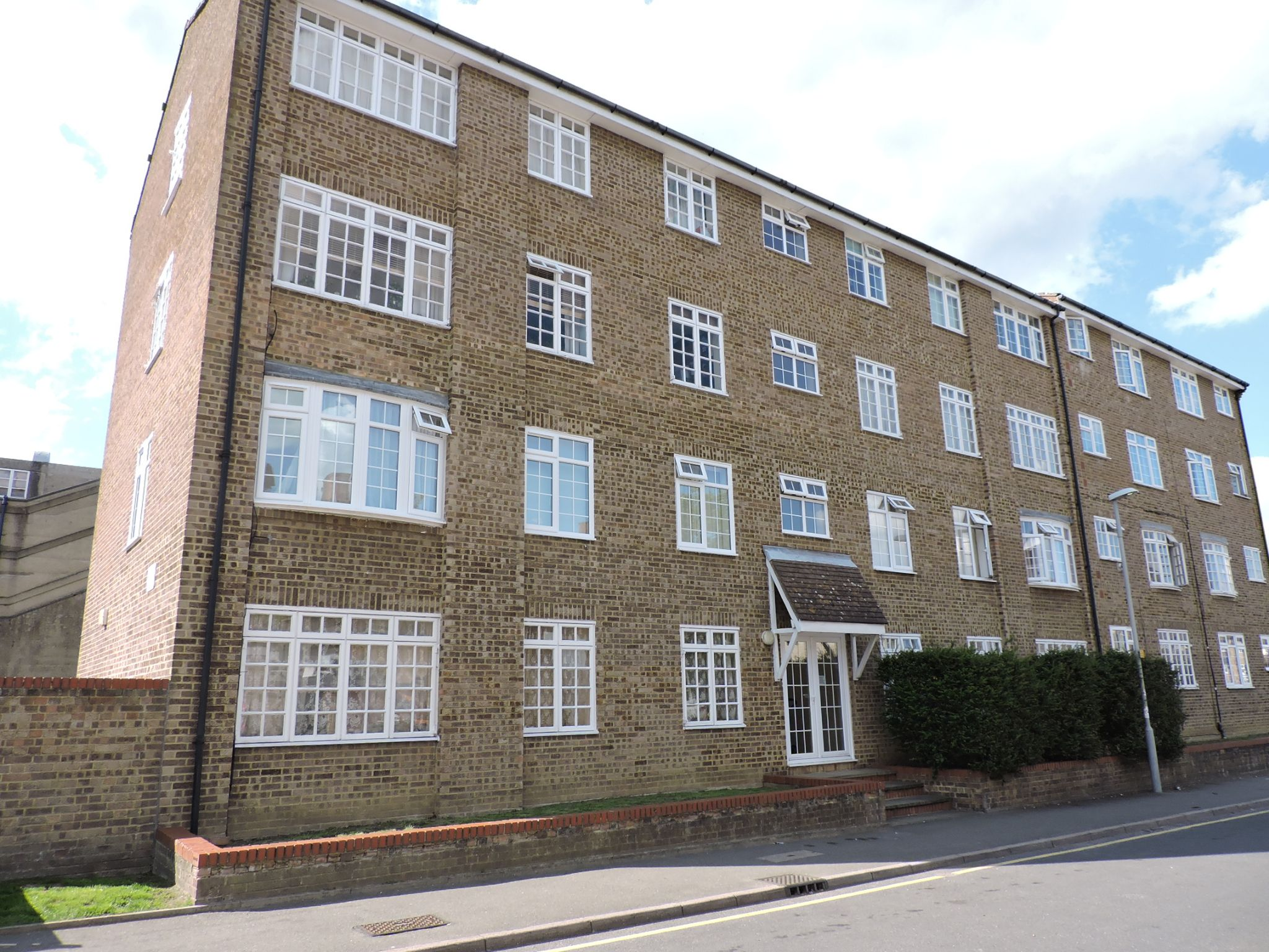 1 bedroom apartment flat/apartment Let in Chessington - Photograph 1