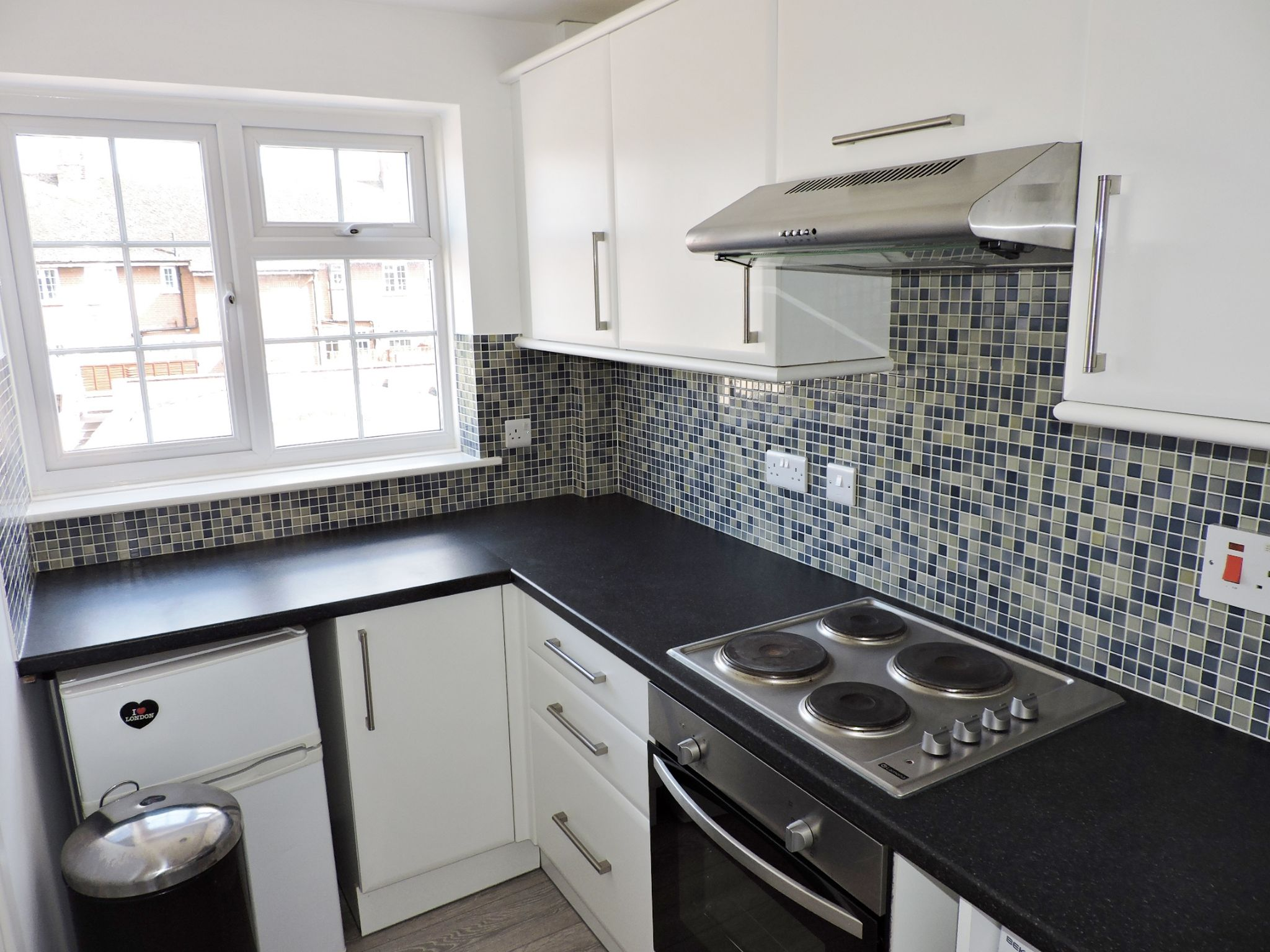 1 bedroom apartment flat/apartment Let in Chessington - Photograph 4