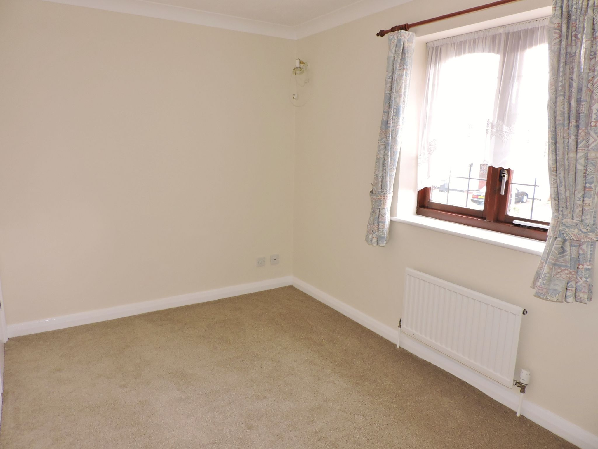 2 bedroom mid terraced house Let in New Malden - Photograph 7
