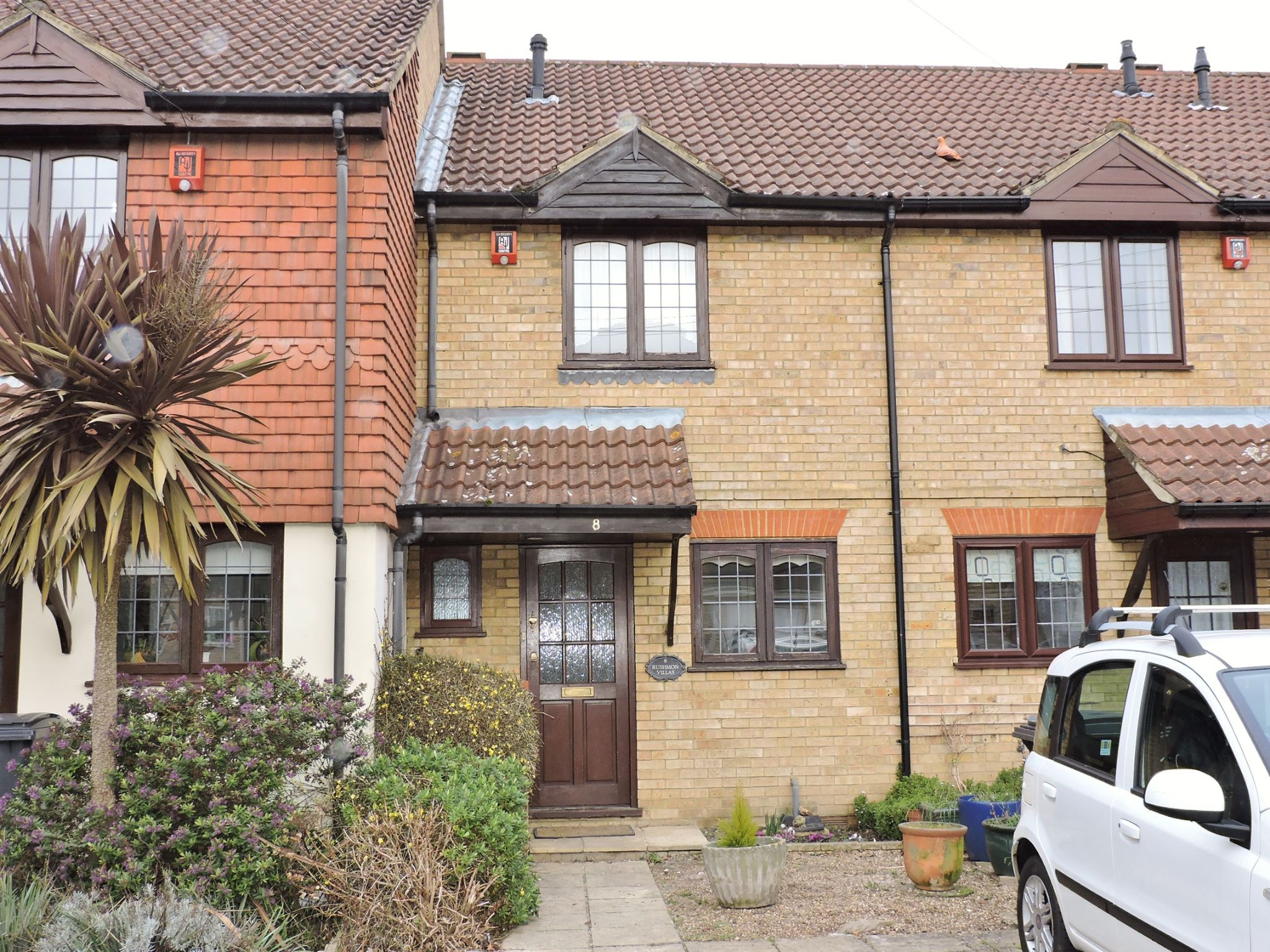 2 bedroom mid terraced house Let in New Malden - Photograph 1