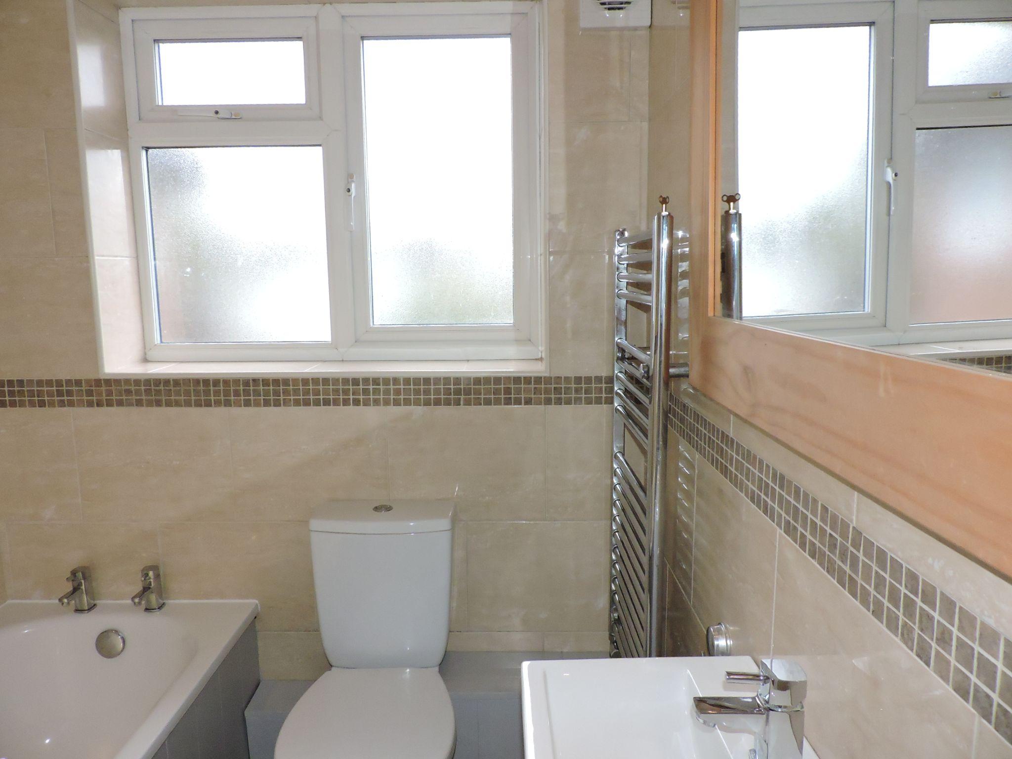 1 bedroom maisonette flat/apartment Let in Cobham - Photograph 8