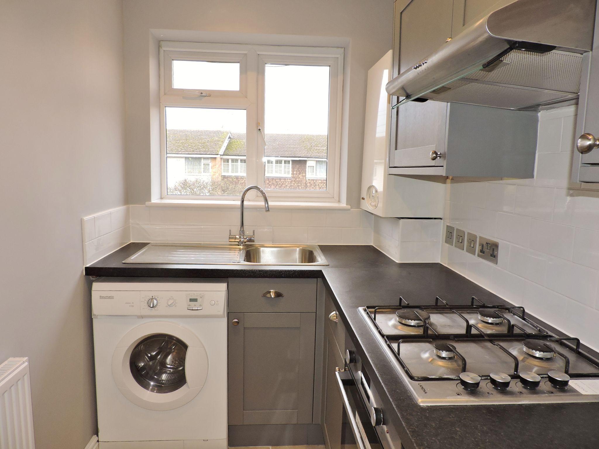 1 bedroom maisonette flat/apartment Let in Cobham - Photograph 3