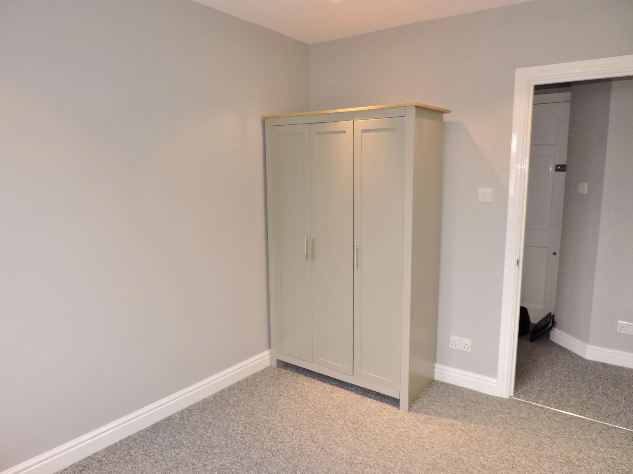 1 bedroom maisonette flat/apartment Let in Cobham - Photograph 6