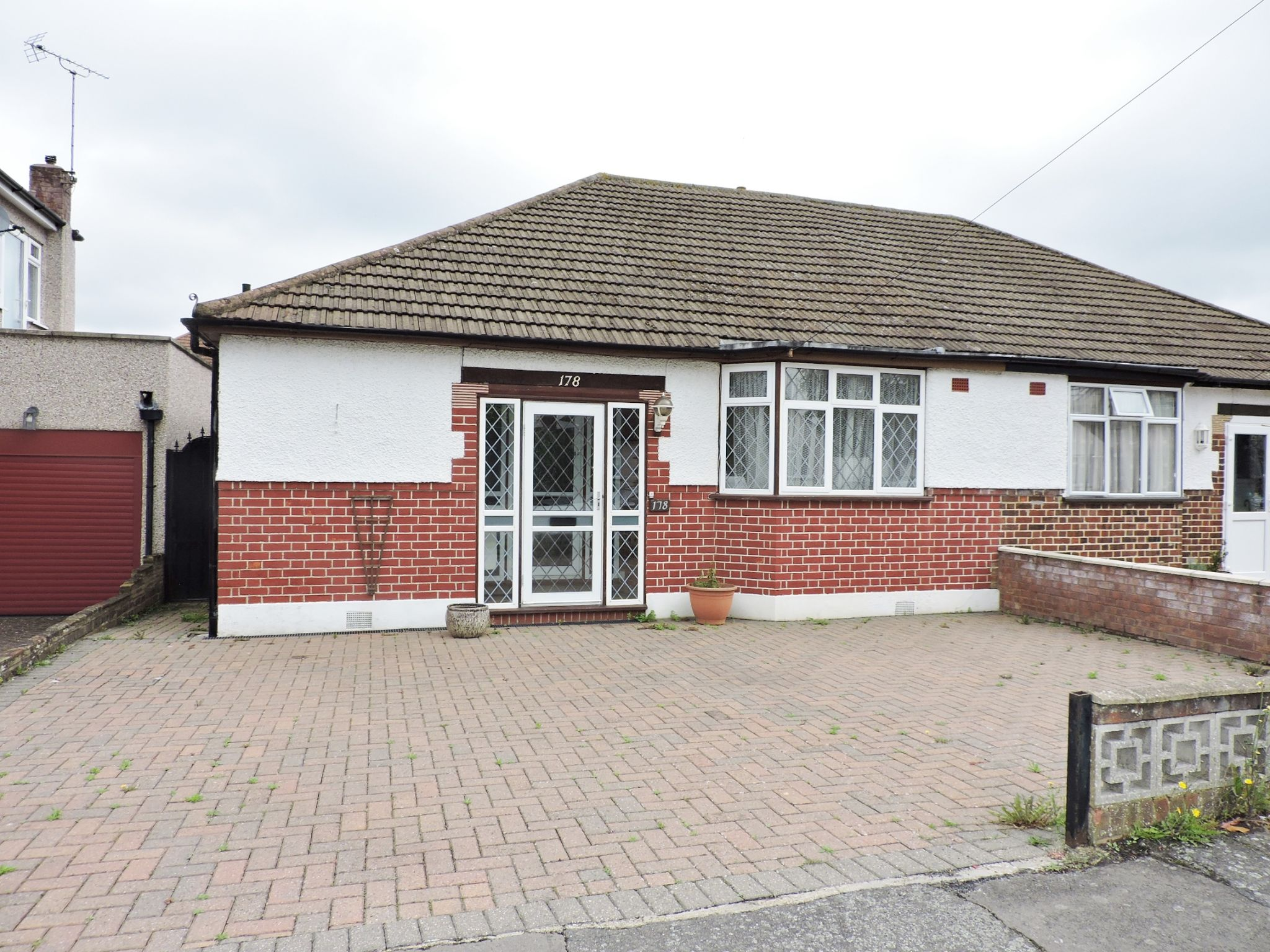 2 bedroom semi-detached bungalow Let in Epsom - Photograph 1