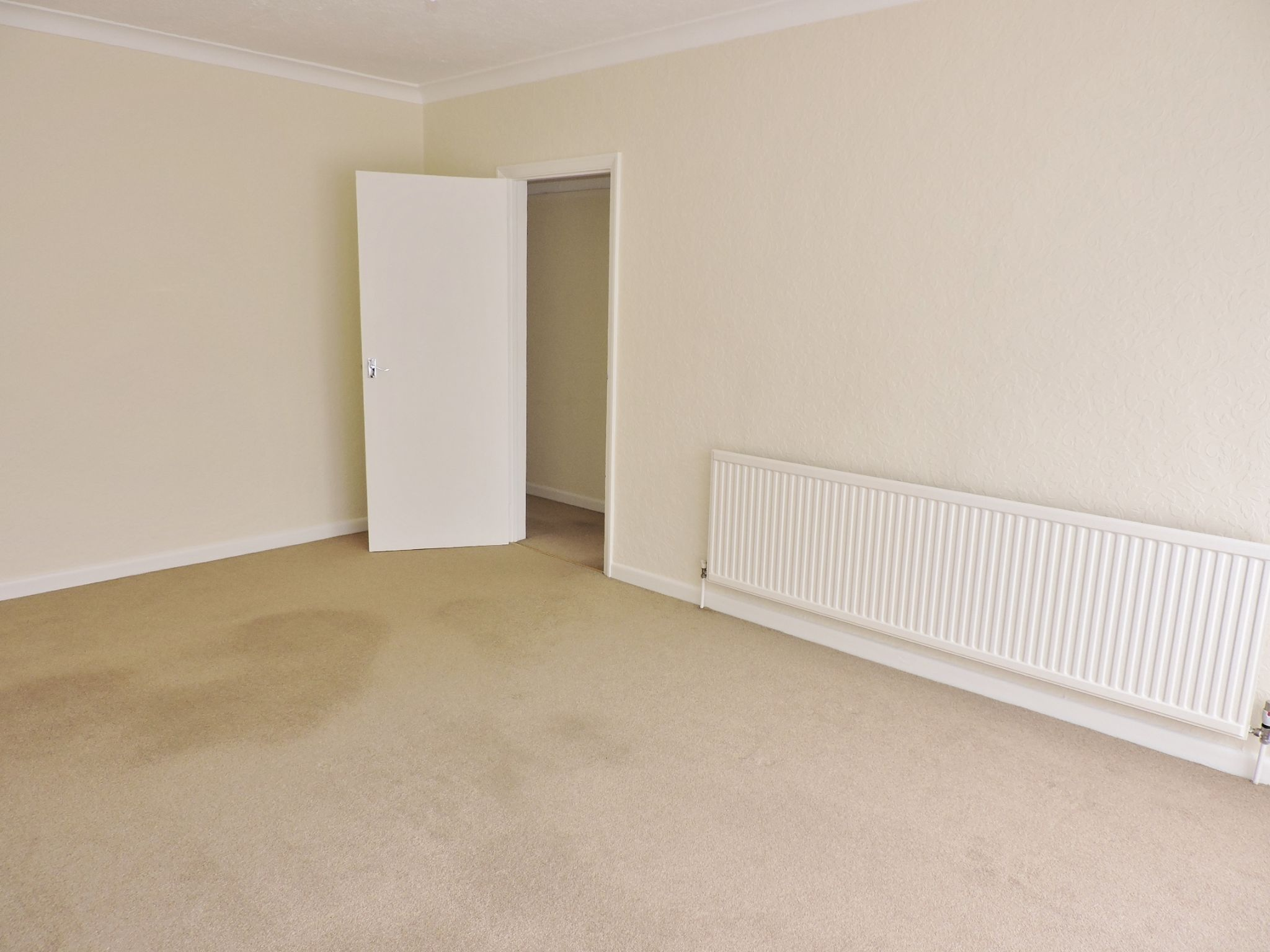 2 bedroom semi-detached bungalow Let in Epsom - Photograph 4