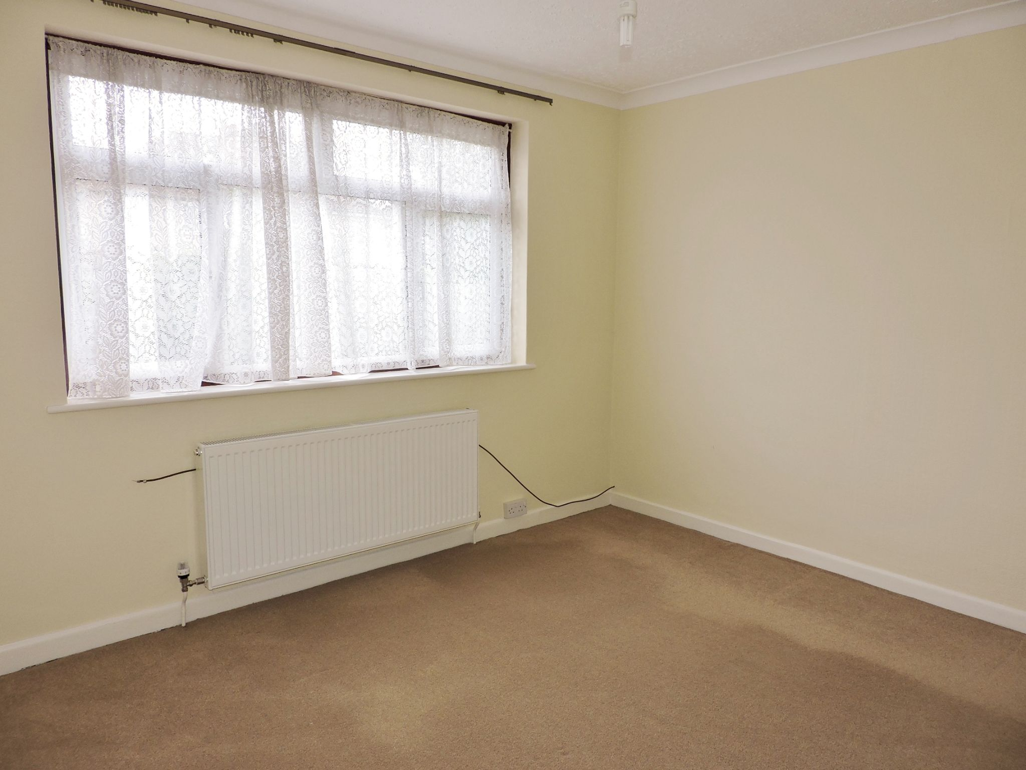 2 bedroom semi-detached bungalow Let in Epsom - Photograph 10