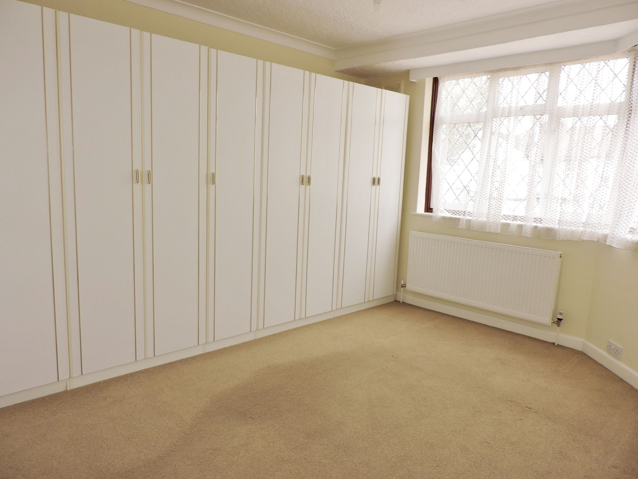 2 bedroom semi-detached bungalow Let in Epsom - Photograph 7