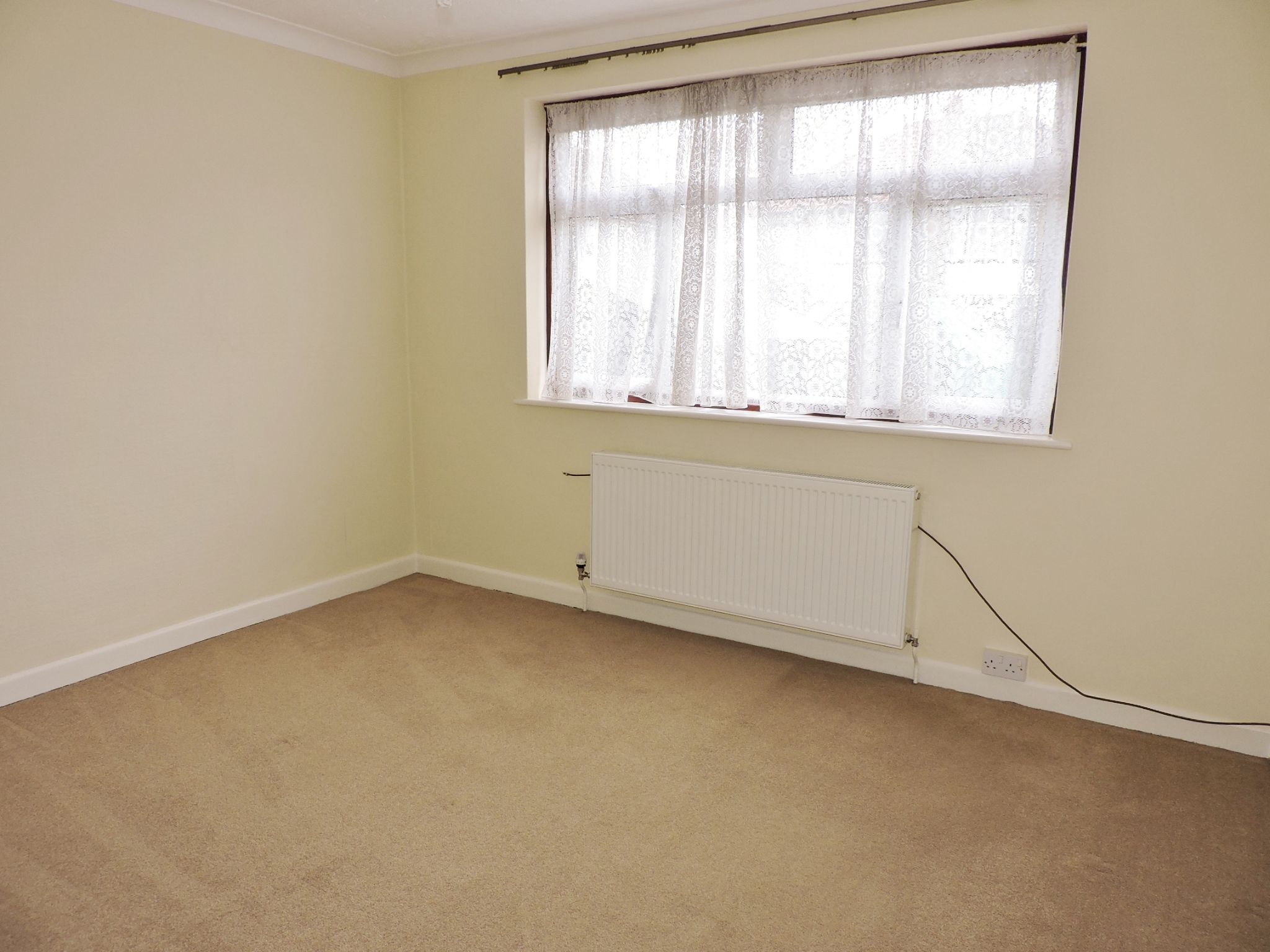 2 bedroom semi-detached bungalow Let in Epsom - Photograph 9