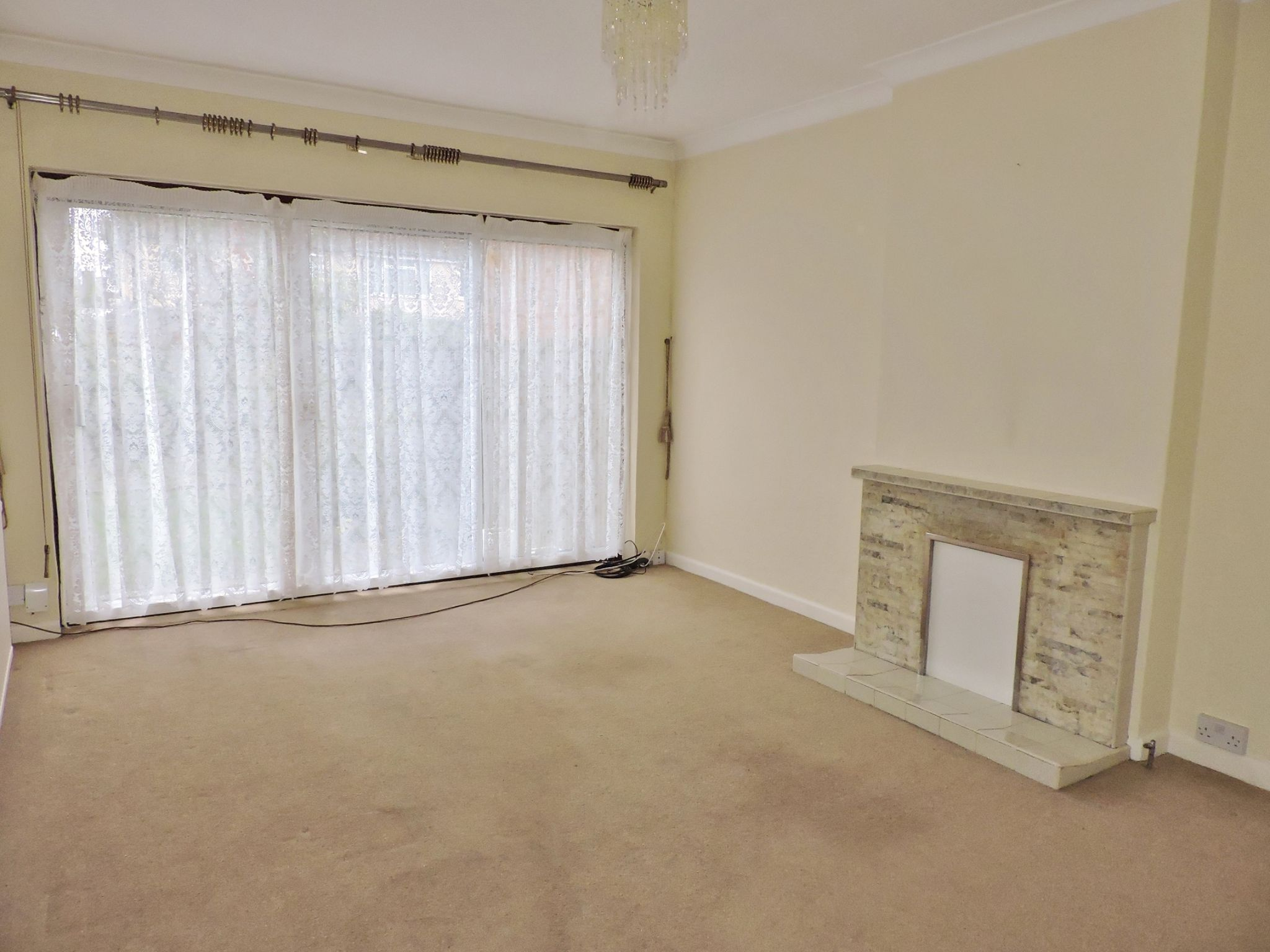2 bedroom semi-detached bungalow Let in Epsom - Photograph 3