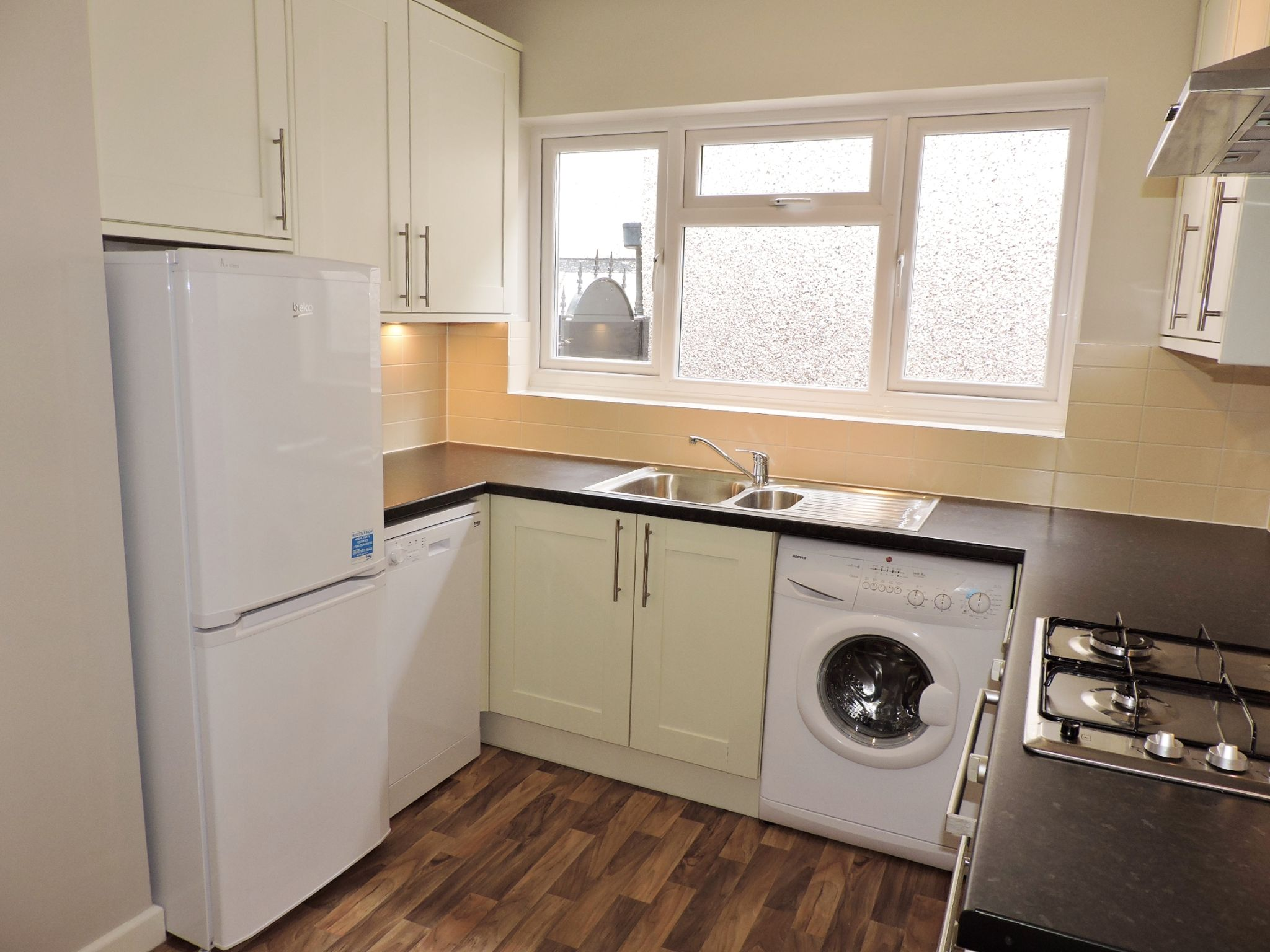 2 bedroom semi-detached bungalow Let in Epsom - Photograph 5
