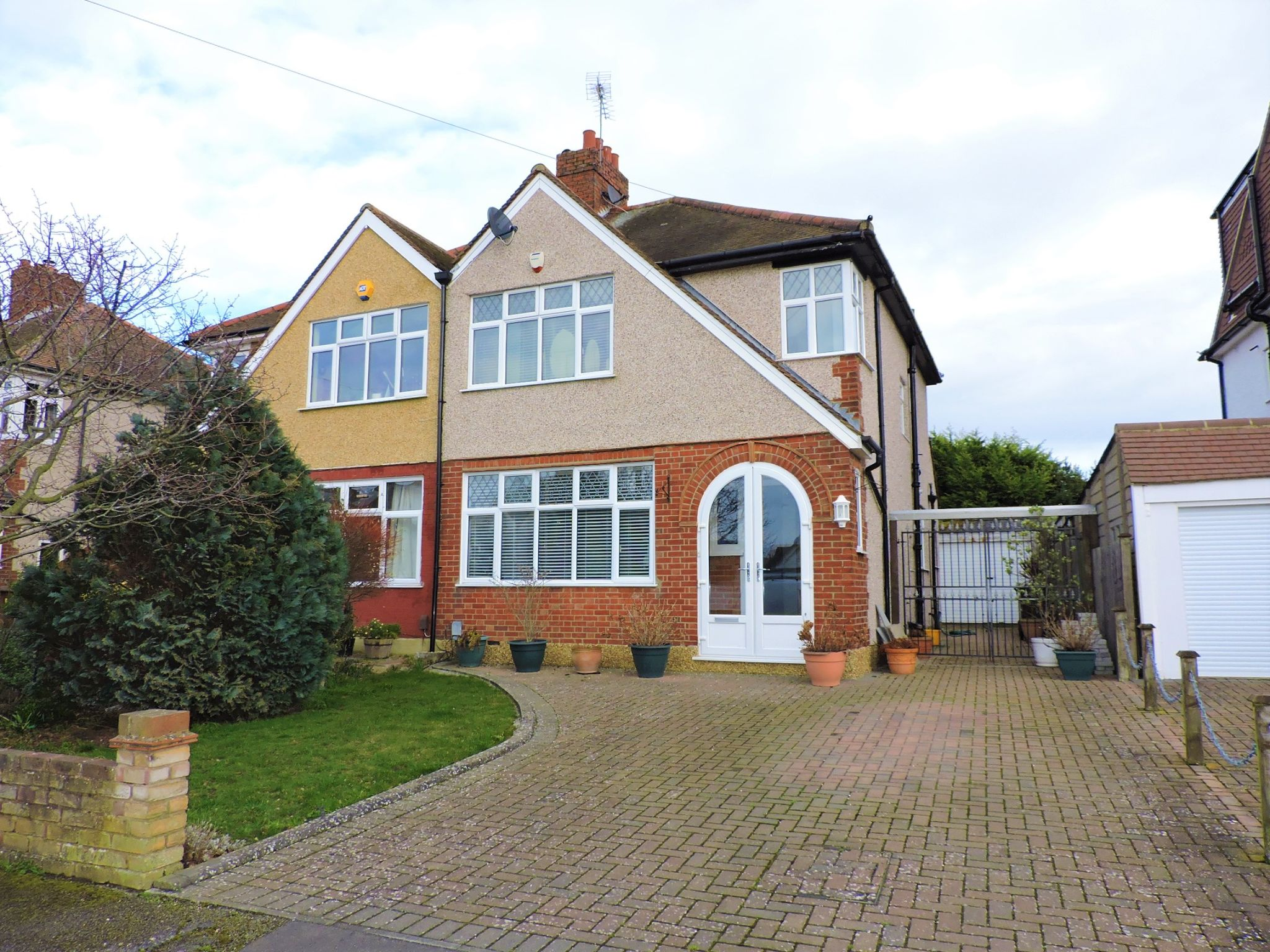 3 bedroom semi-detached house SSTC in Epsom - Property photograph