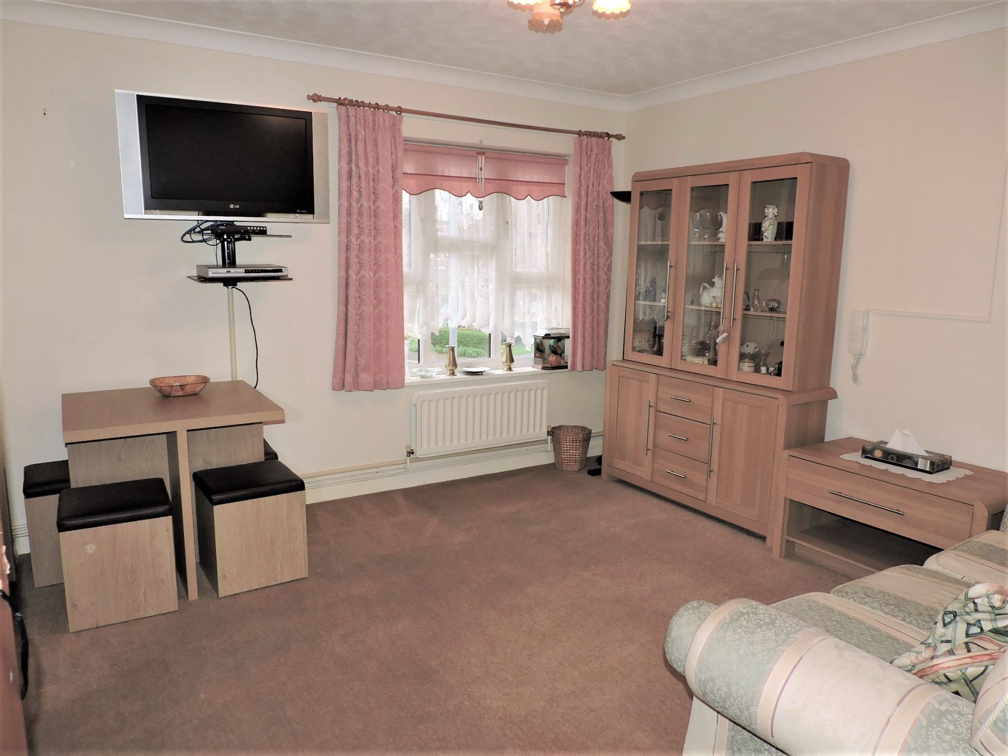 1 bedroom apartment flat/apartment Sale Agreed in New Malden - Photograph 2