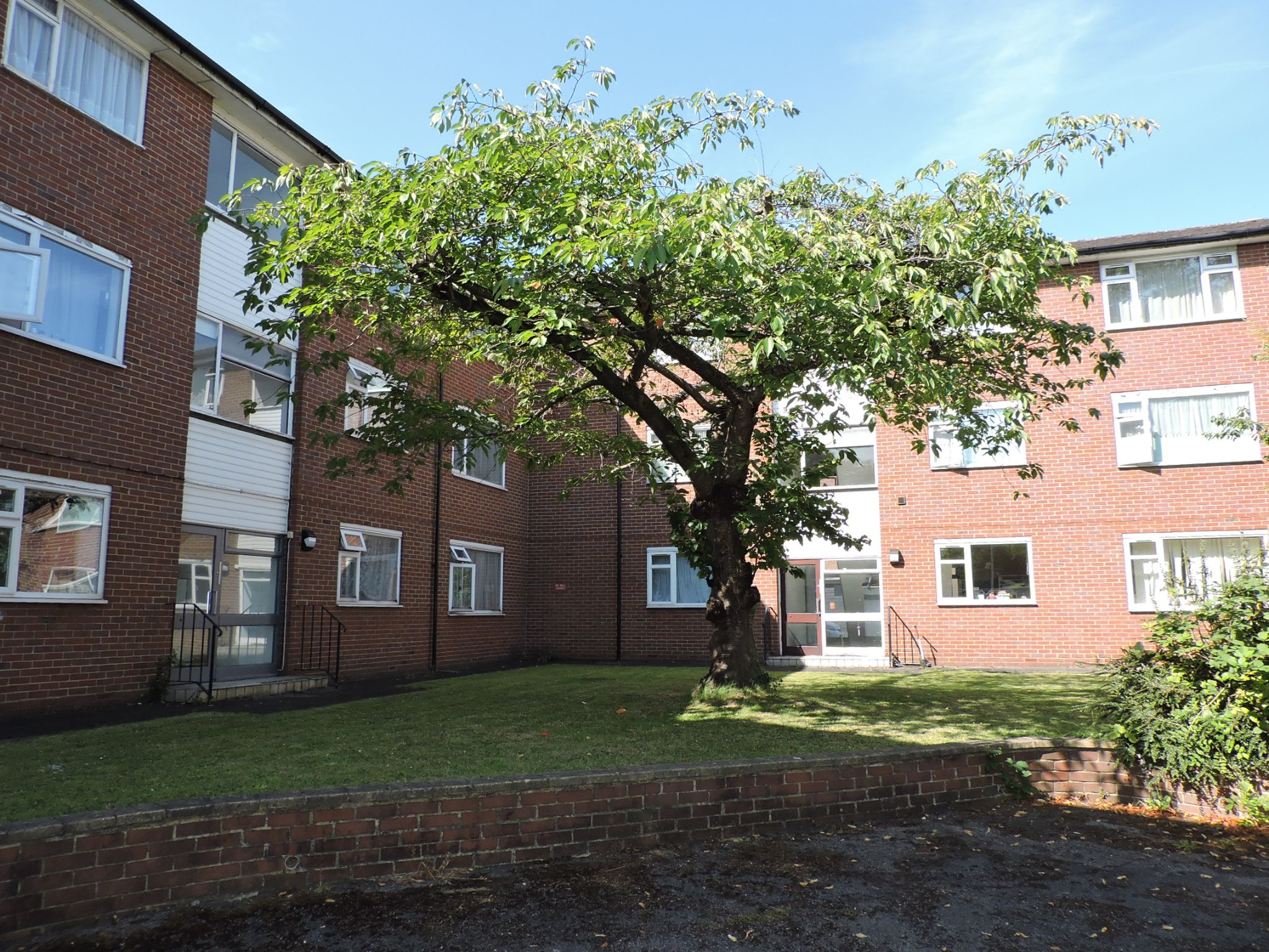 2 bedroom ground floor flat/apartment Let Agreed in New Malden - Property photograph
