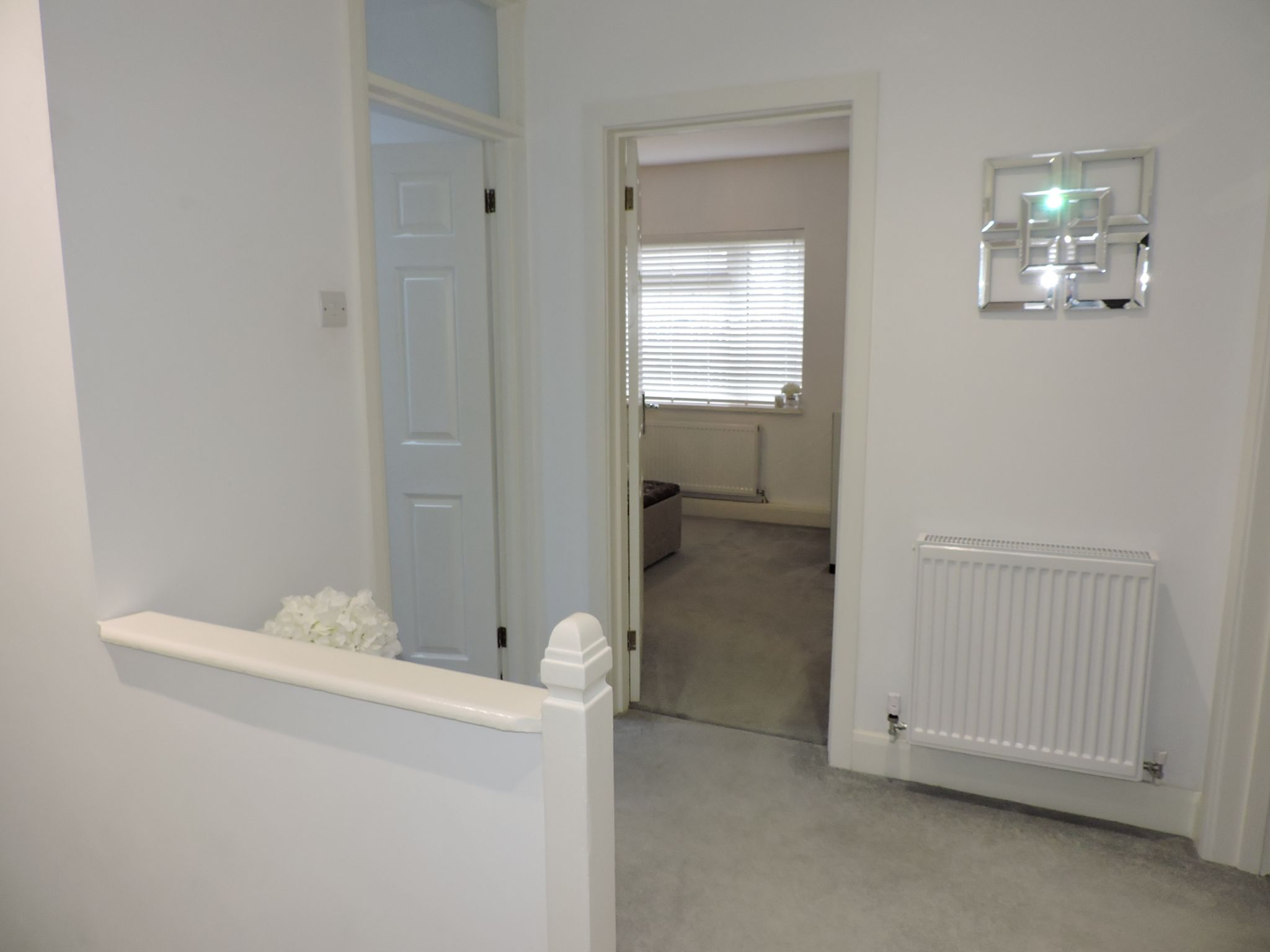 2 bedroom flat flat/apartment Sale Agreed in Epsom - Photograph 2