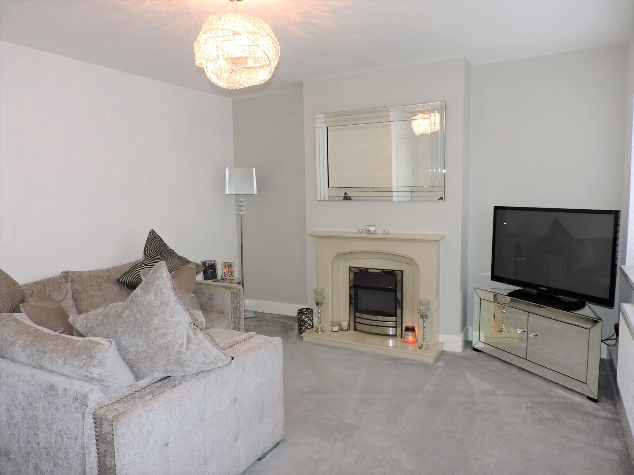 2 bedroom flat flat/apartment Sale Agreed in Epsom - Photograph 3